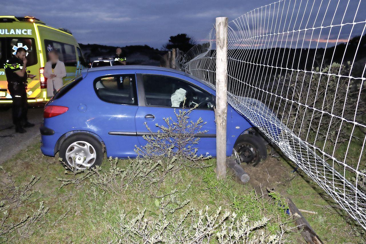 Auto ramt hek in Noordwijk, bestuurder naar ziekenhuis