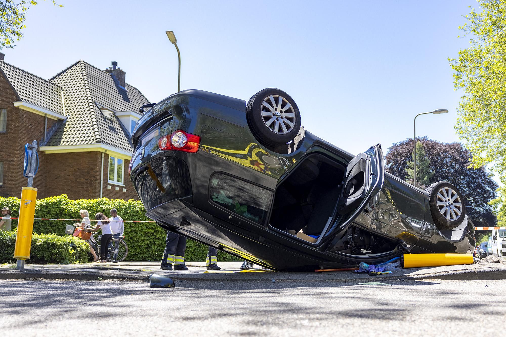 Auto belandt op z'n kop na botsing in Heemstede: veel materiële schade, nauwelijks kleerscheuren