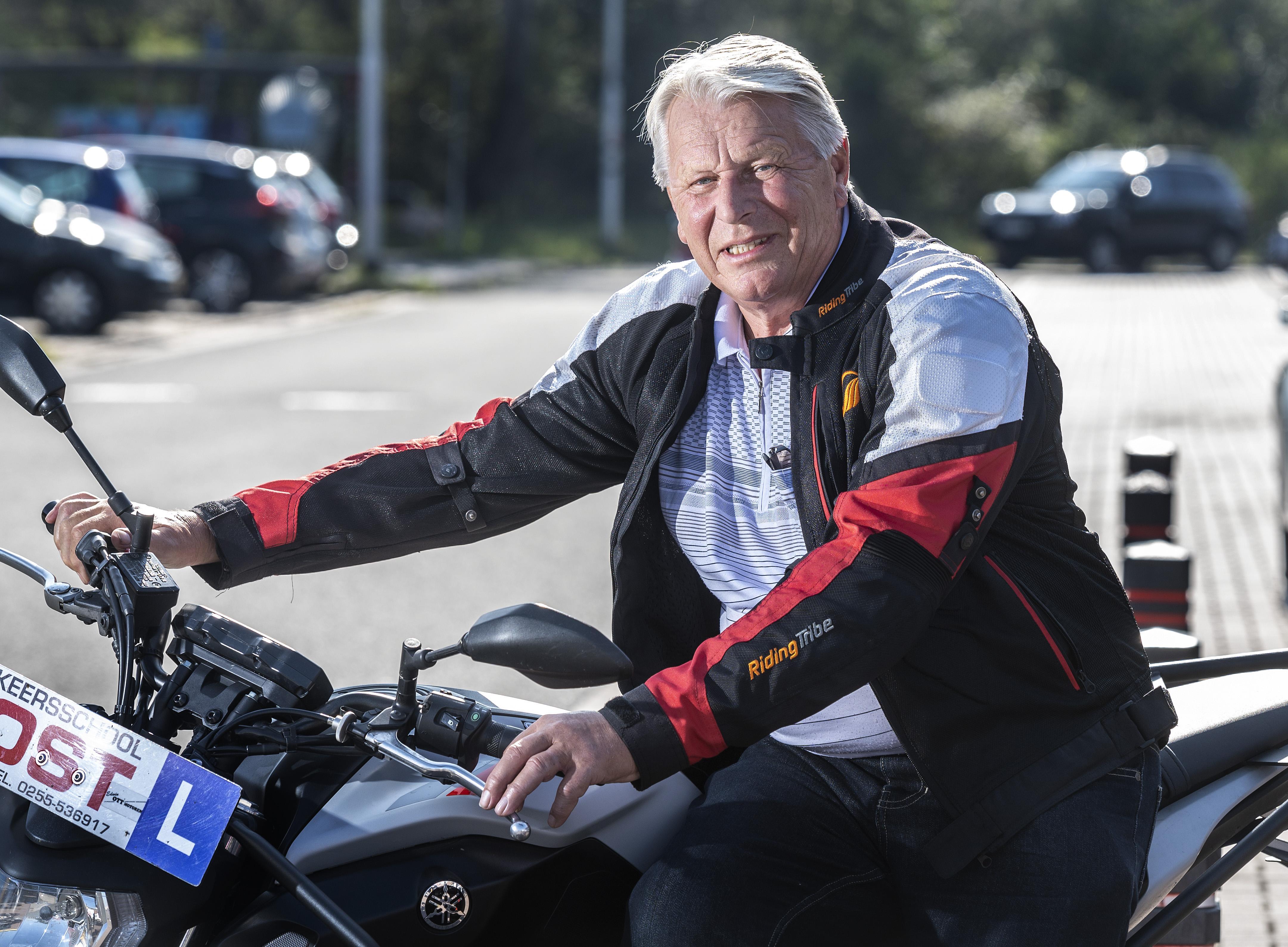 76-jarige Hank haalt zwaarste motorrijbewijs: 'Ik ben misschien wel hartstikke gek dat ik dit wilde, maar ben ook een doorzetter'