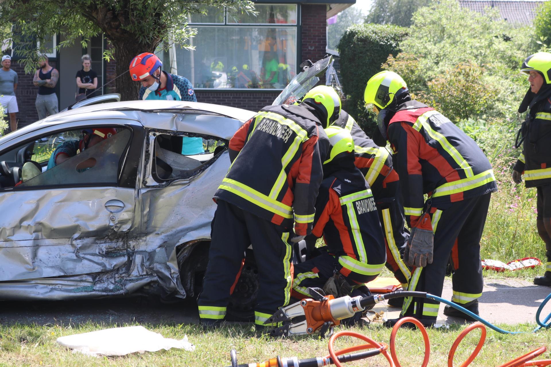 Twee gewonden bij ongeluk in Sassenheim; brandweer moet gewonde man uit voertuig bevrijden