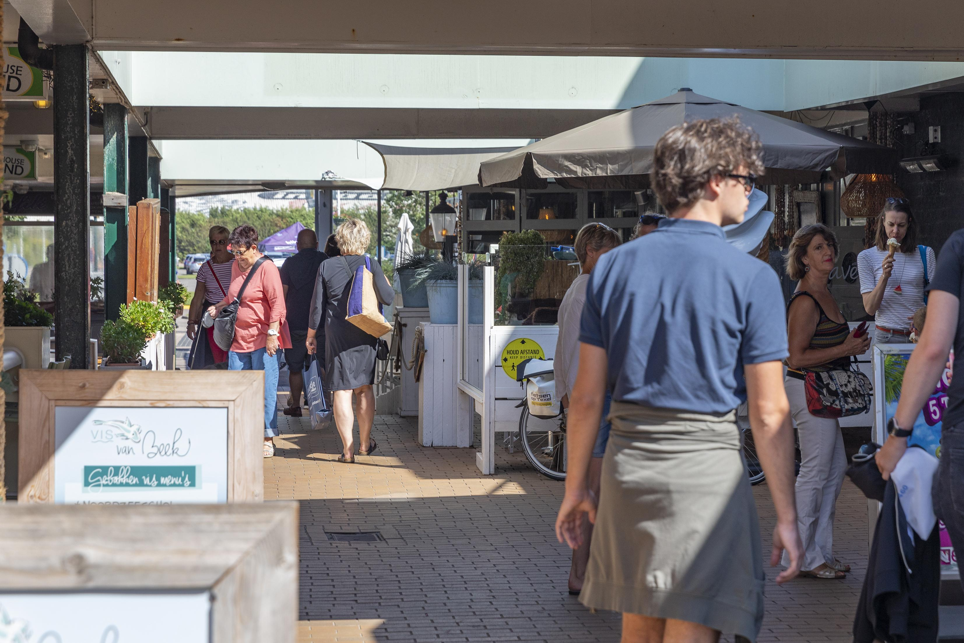 'Gemeente Texel laat de bewoners in de steek'; Afstand houden is onmogelijk in passage De Koog