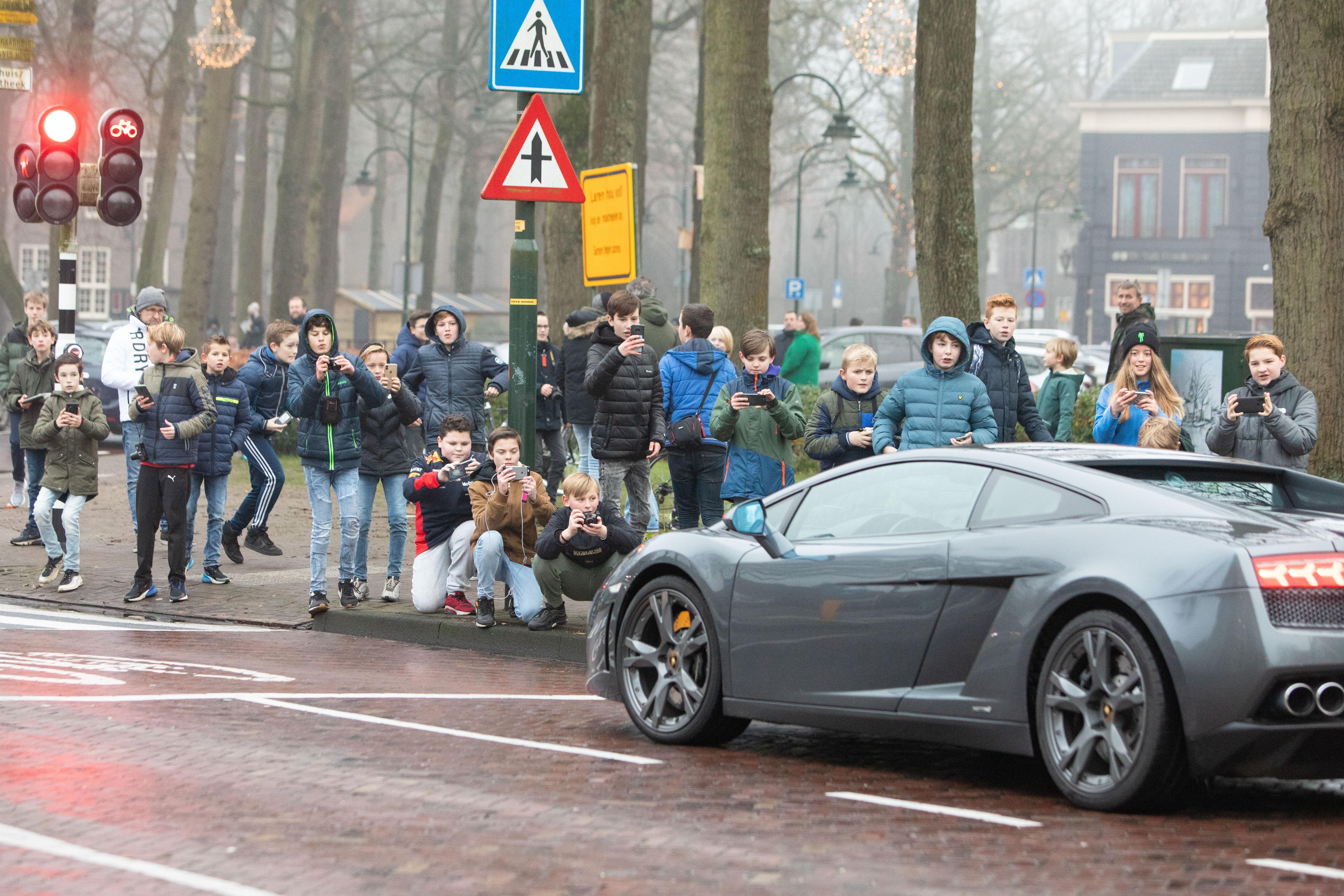 Brink in Laren weer vol met jonge autospotters; Ontmoedigingsbeleid van de gemeente slaat nog niet aan