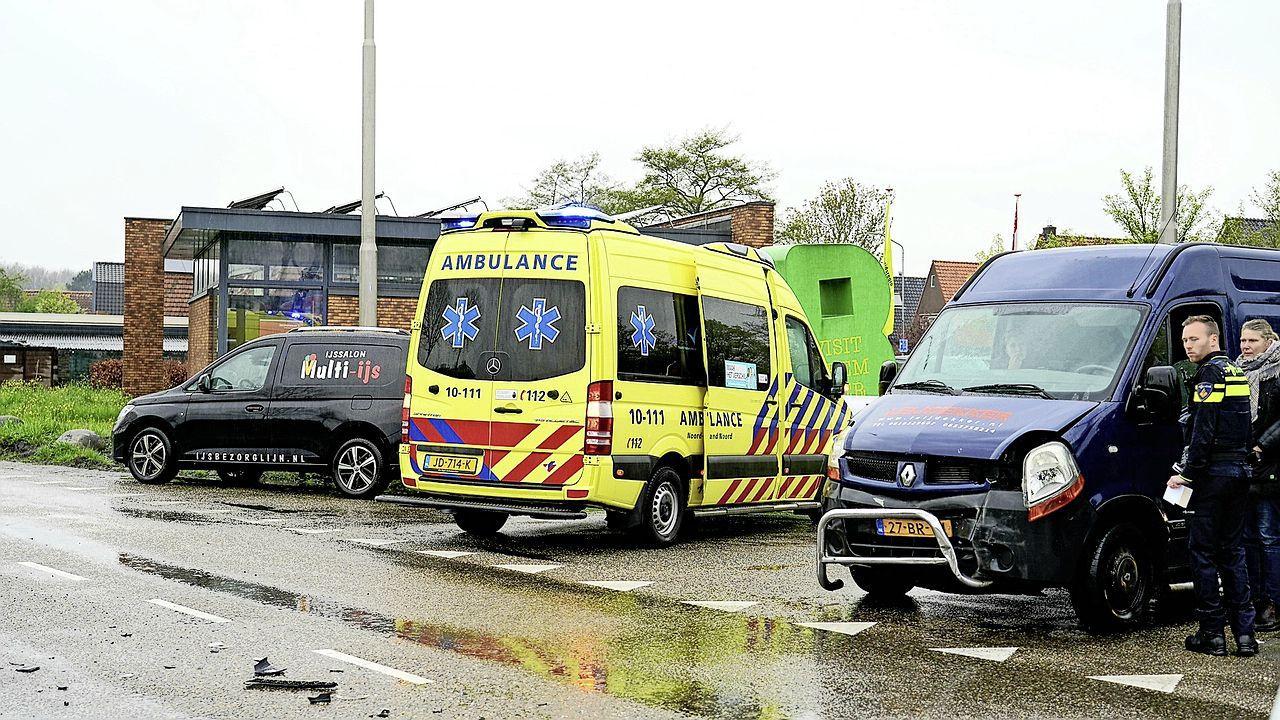 Persoon gewond na aanrijding tussen twee voertuigen op Zuiddijk in Zuidoostbeemster