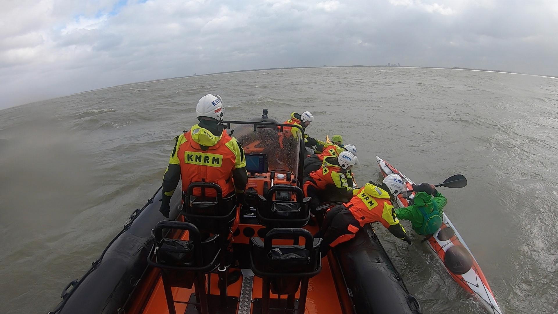 KNRM Blaricum redt drie kanoërs die op het IJmeer in problemen waren geraakt; binnenvaartschipper vindt afgedreven kanoër kilometer verderop