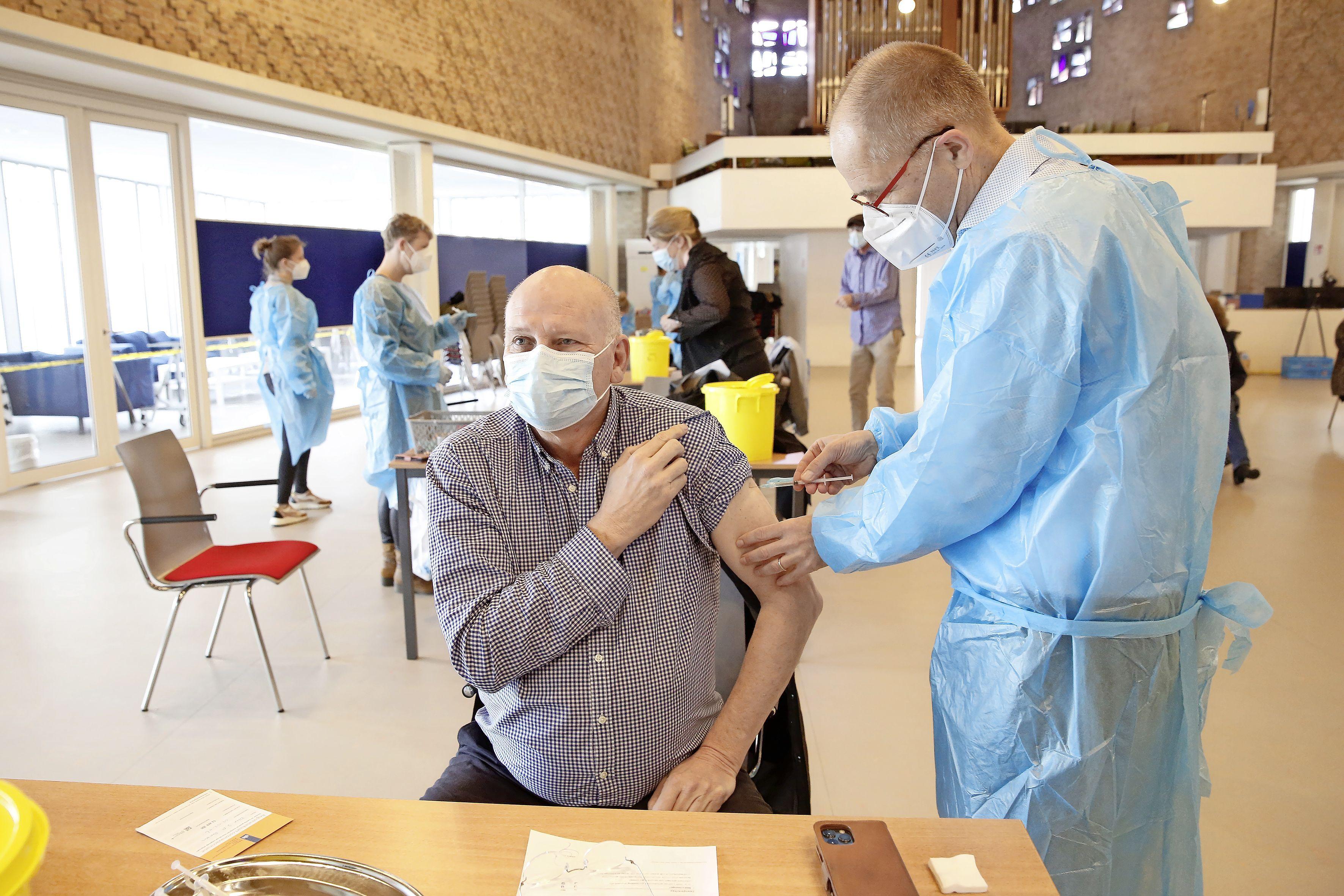 Hilversumse Bethlehemkerk is decor van vaccinatieronde voor 60-65 jaar. Artsen van gezondheidscentrum willen niets liever dan inenten: 'Ons motto is prikken, prikken, prikken!'