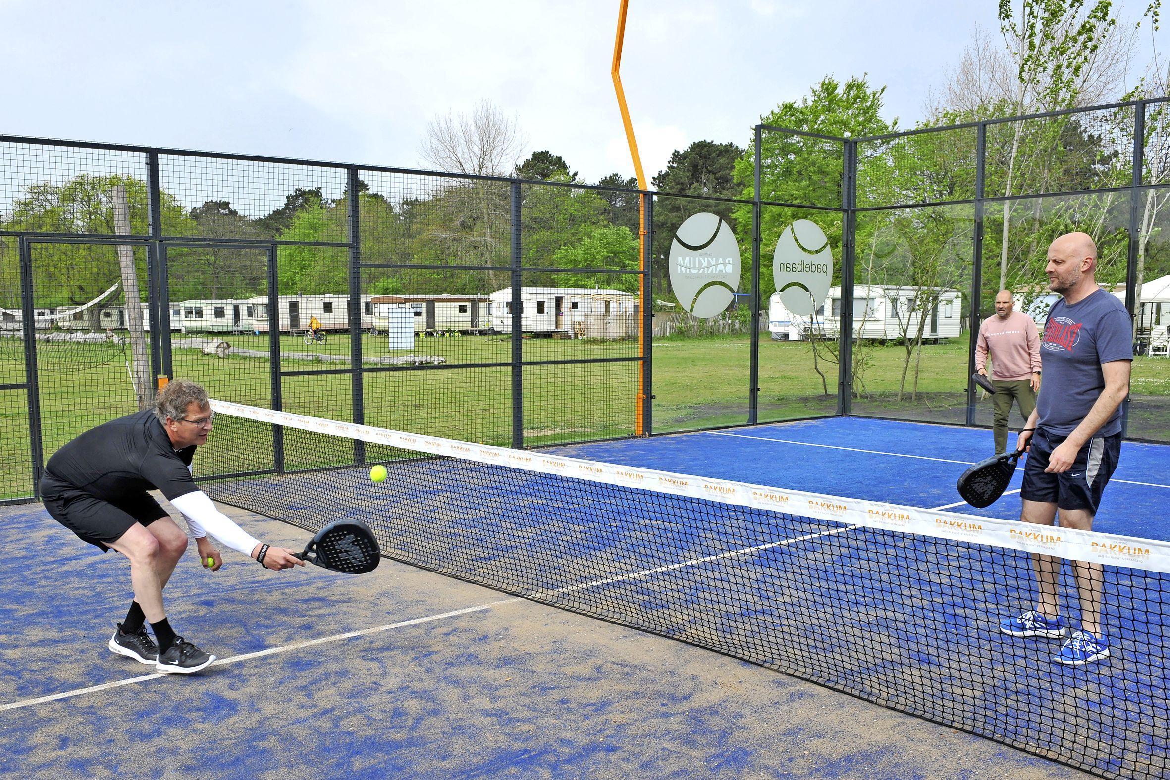Padel, het kleine broertje van tennis, is bezig aan een opmars. Door de populariteit is een baan reserveren niet makkelijk: 'Het is puur lol maken'