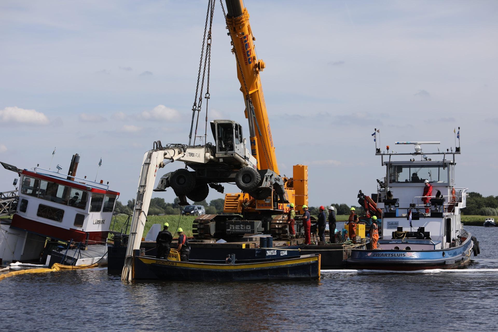 Berging van gezonken overslagschip en hijskraan bij Soest gestart