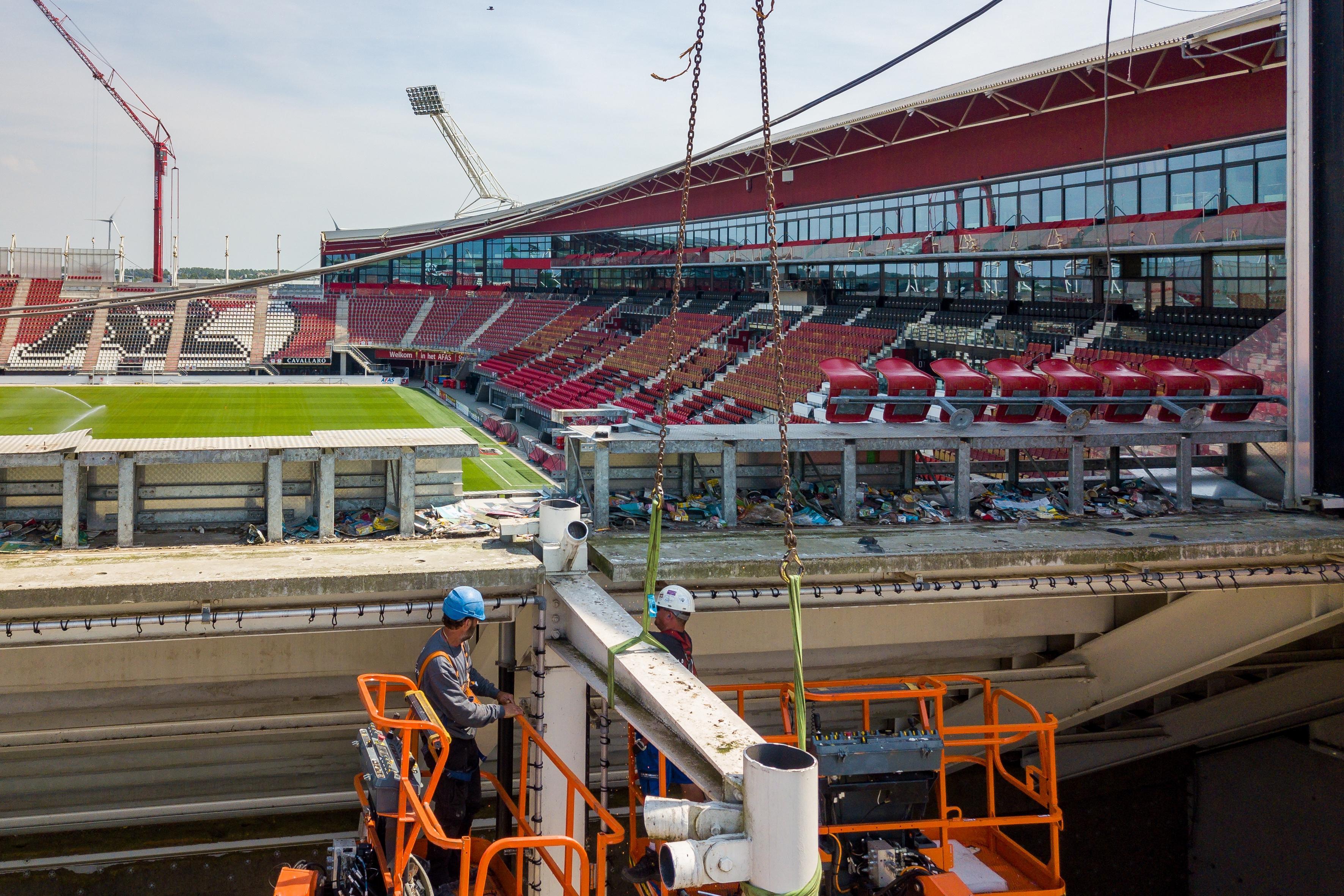 Eerst demontage, daarna bouw van het nieuwe dak van het AZ-stadion