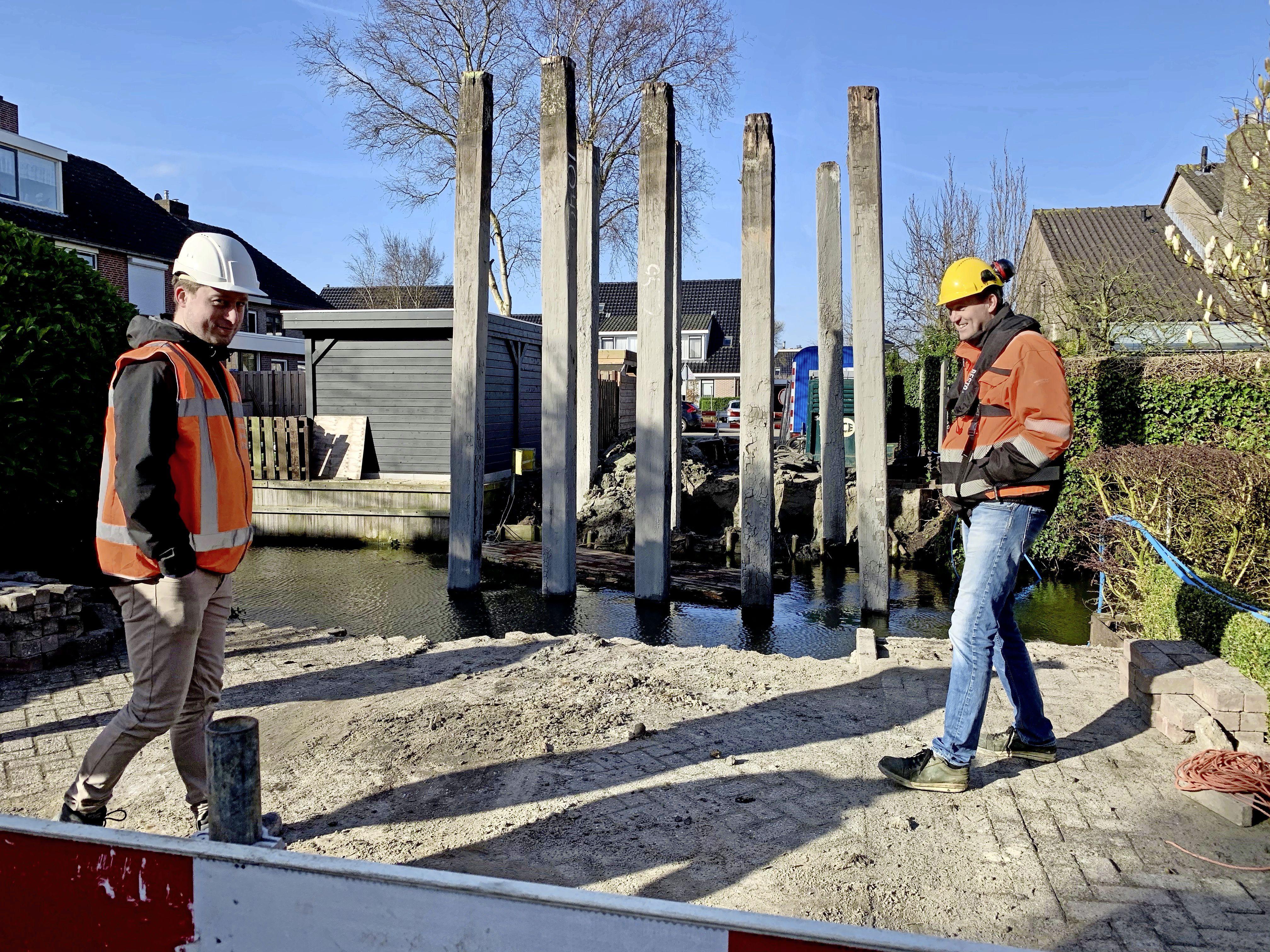 Nieuwe brug in Hoogkarspel: nog vier hardnekkige houten palen te gaan