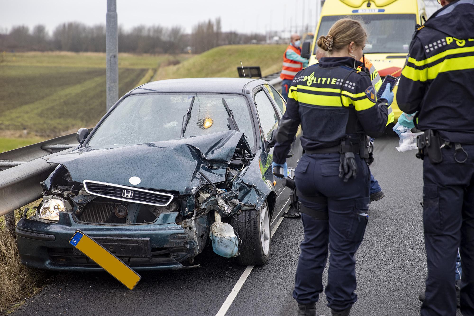 Man gewond na botsing tussen auto en vrachtwagen op A9 bij Spaarndam