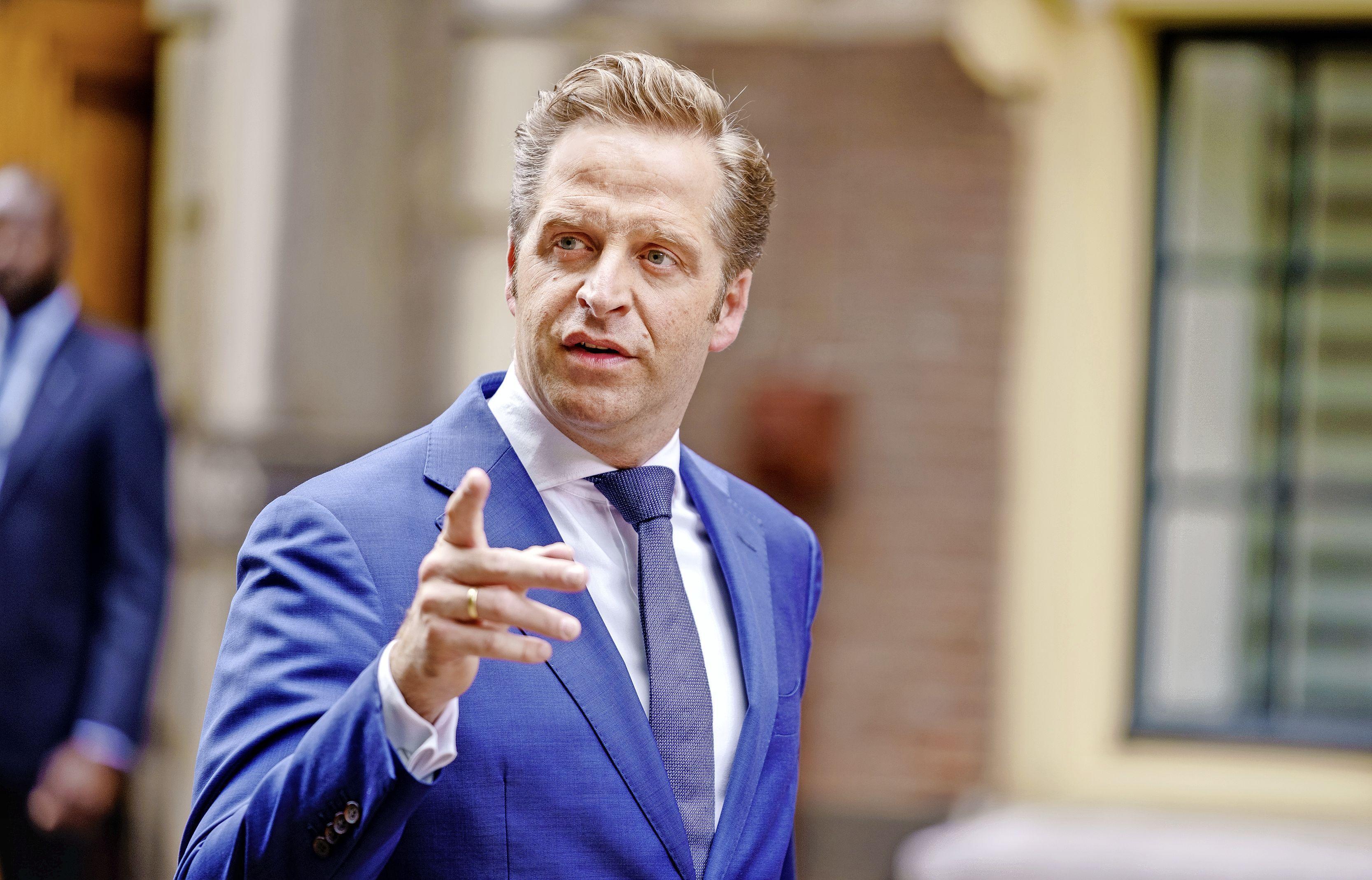 Ministerie wil zelftesten huis-aan-huis verspreiden en bussen tussen Schiphol en teststaat om Deltavariant tegen te gaan