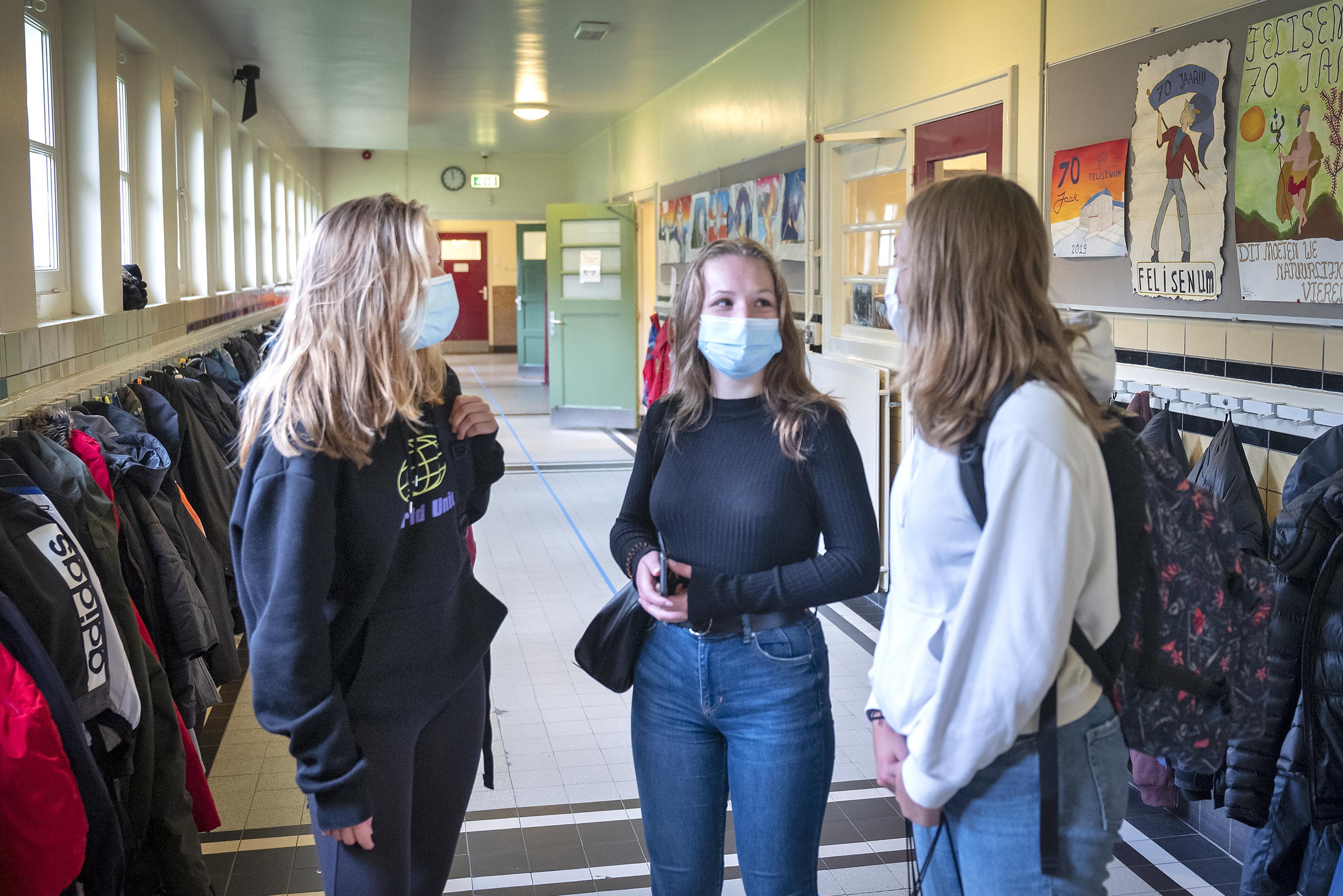 Middelbare scholieren IJmond moeten zelf voor mondkapje zorgen: 'Het is minder vervelend, omdat het voor iedereen geldt'