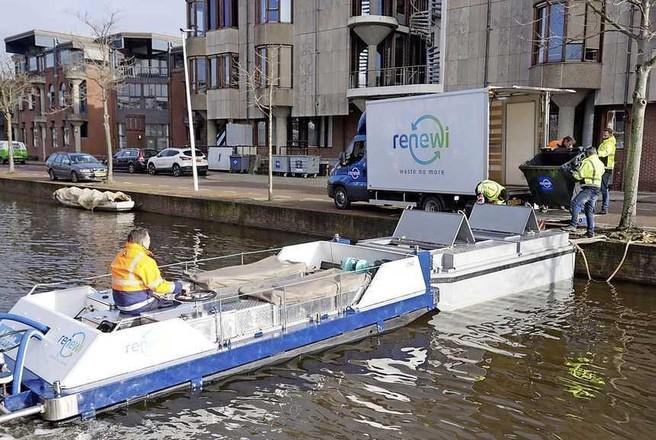 Ophalen afval via het Leidse water, de vuilnisboot draait warm