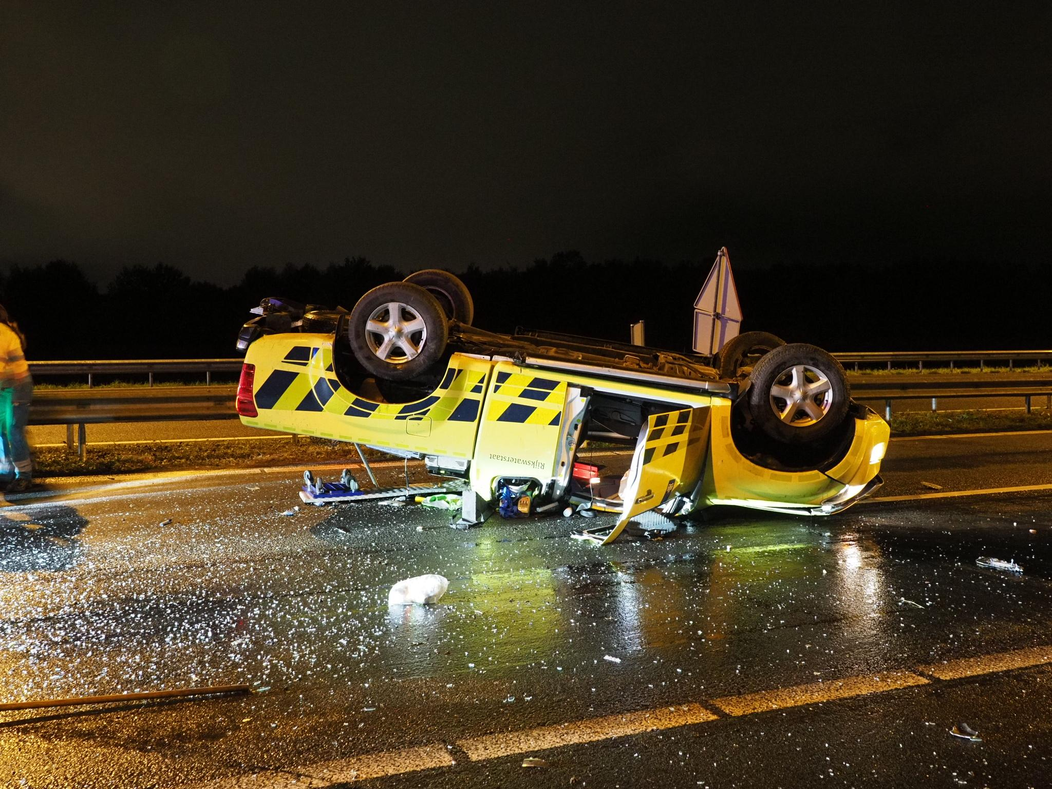 Auto weginspecteur slipt en belandt op zijn kop op de A9 [video]