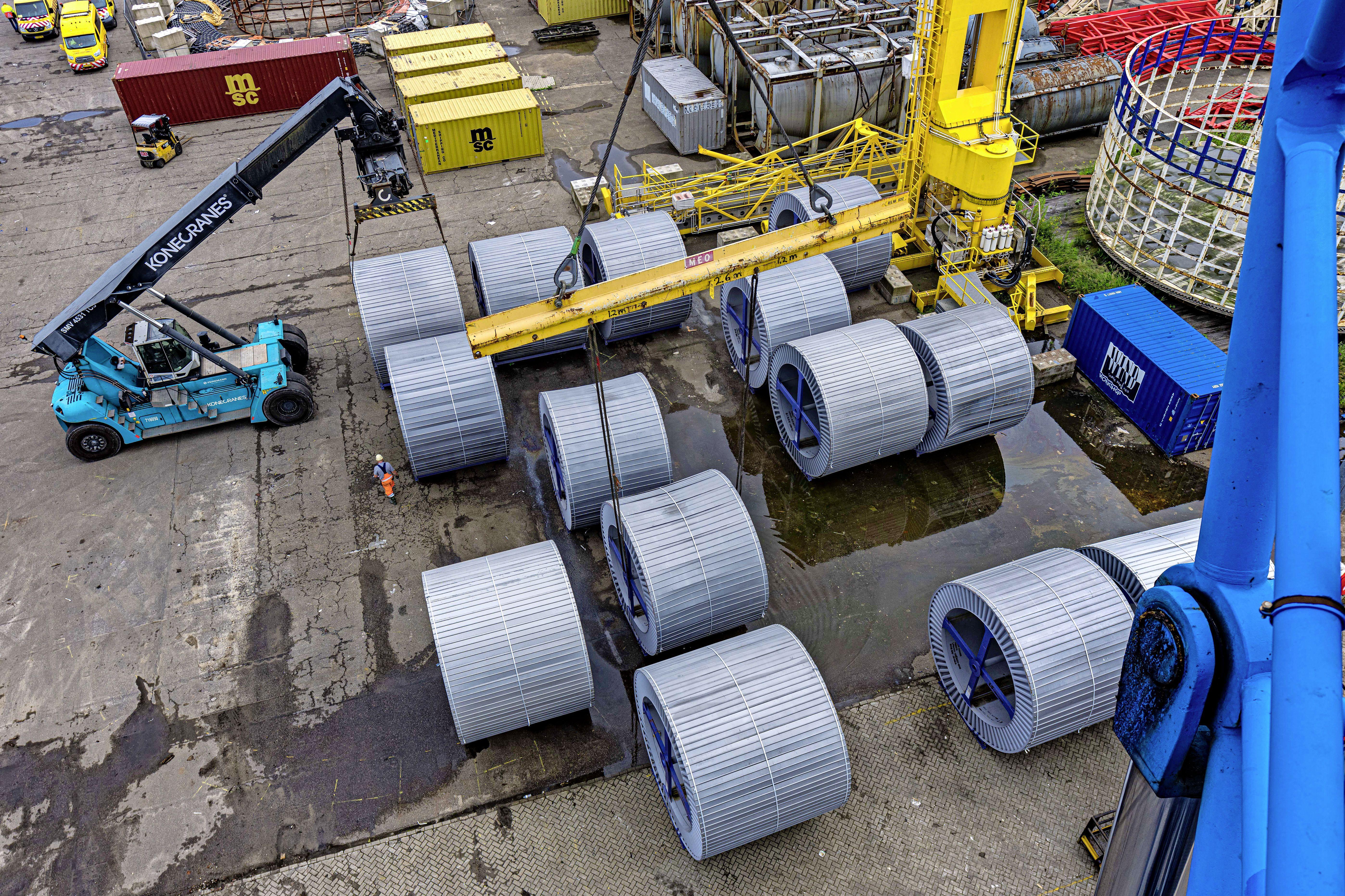 De kabels voor het energiespinnenweb van Tennet hebben een lange reis achter de rug: Korea, Rotterdam en nu door Velsen-Noord naar het Tata-terrein