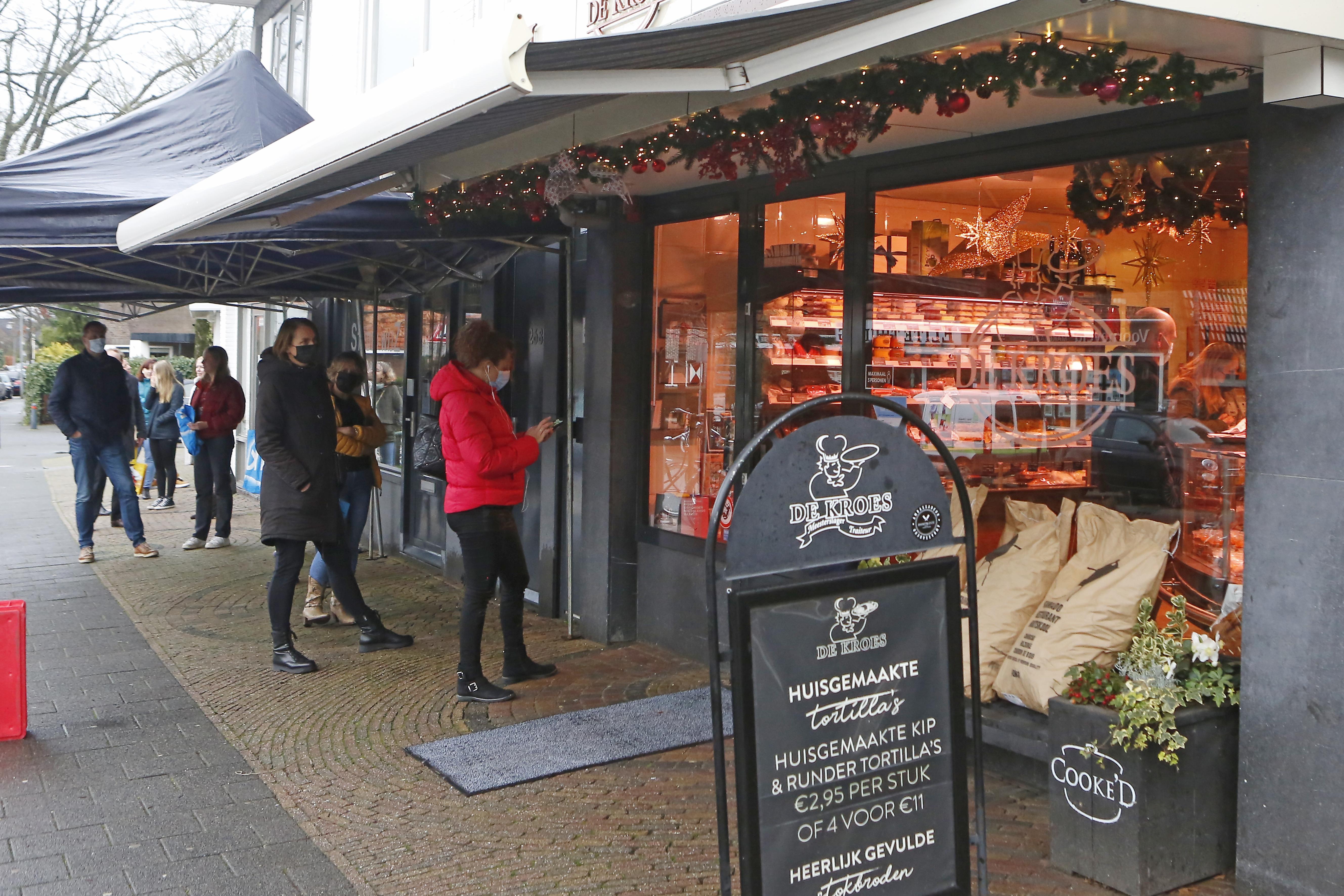 Hilversumse Gijsbrecht van Amstelstraat zelden zo rustig voor kerst. 'Nee, hoor, gaat u maar. U kunt zo naar binnen'. Voor drukte moet je bij de Sligro zijn