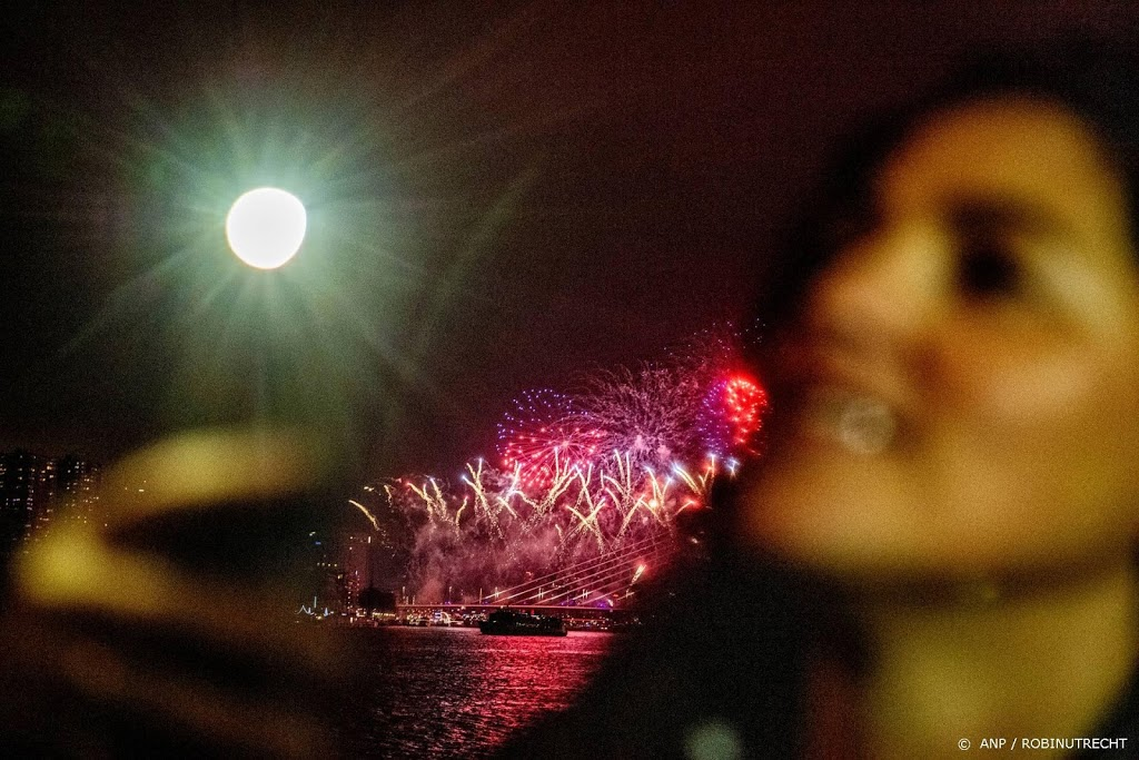 Nederland knalt het nieuwe jaar in ondanks vuurwerkverbod