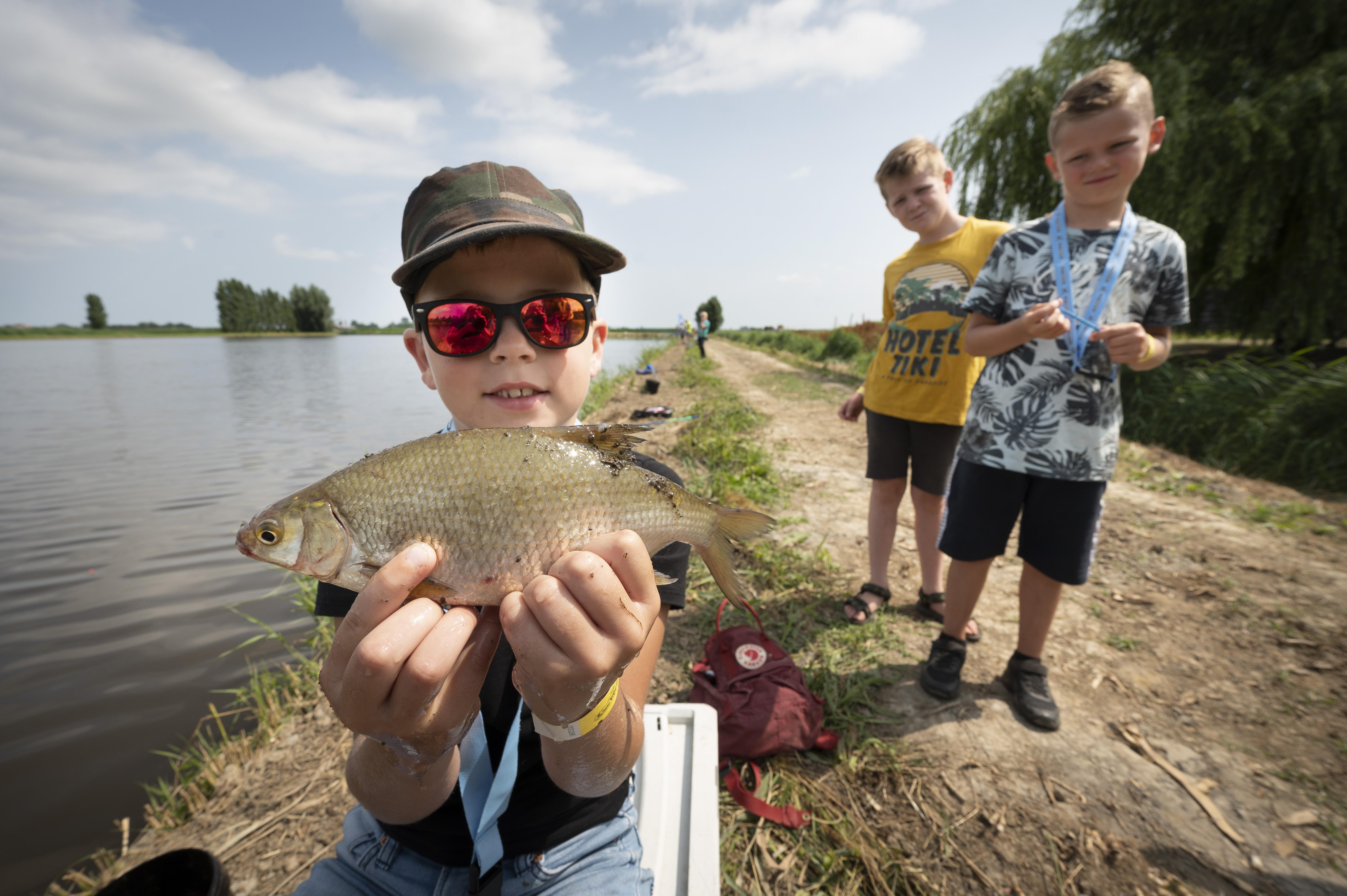 Een half dagje vissen? De jeugd vindt het spannend en geweldig tijdens de zomerviskaravaan in Nieuwkoop