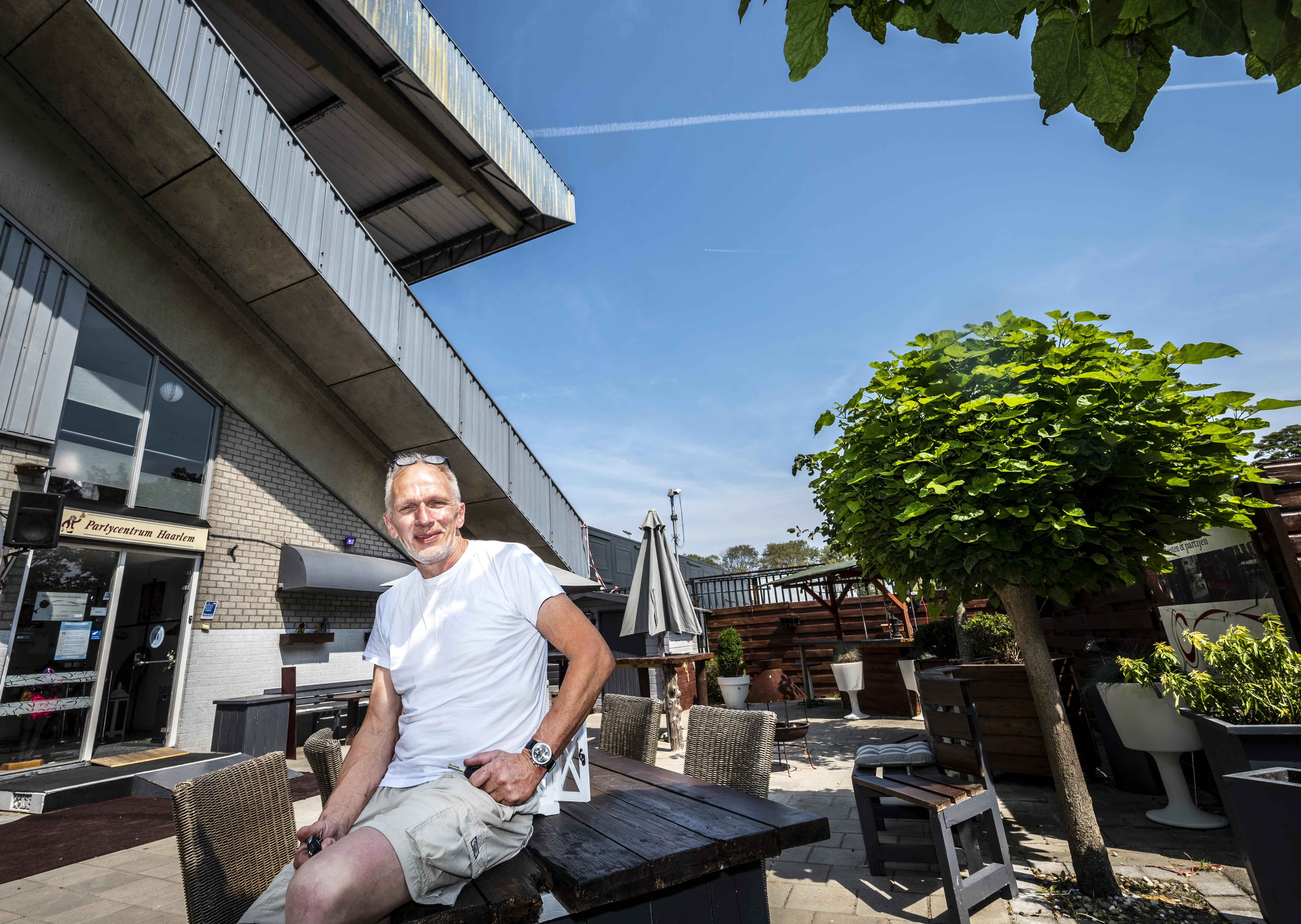 Partycentrum in hoofdtribune van HFC Haarlem blijft open: 'Ik zie de bulldozers nog niet'