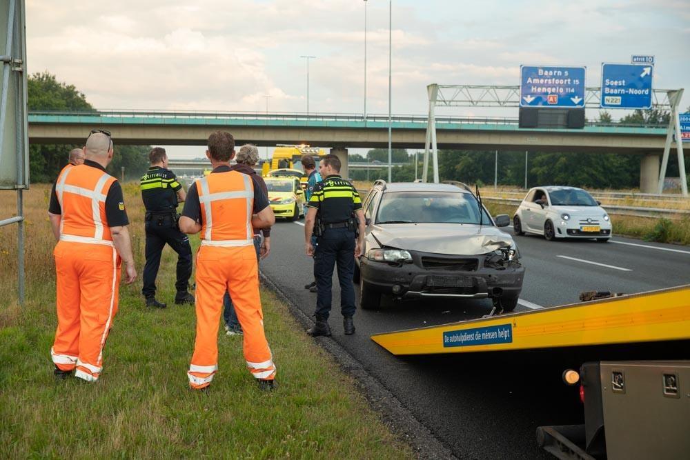 Auto botst tegen bergingswagen op A1 bij Eemnes, twee kinderen en automobilist naar ziekenhuis