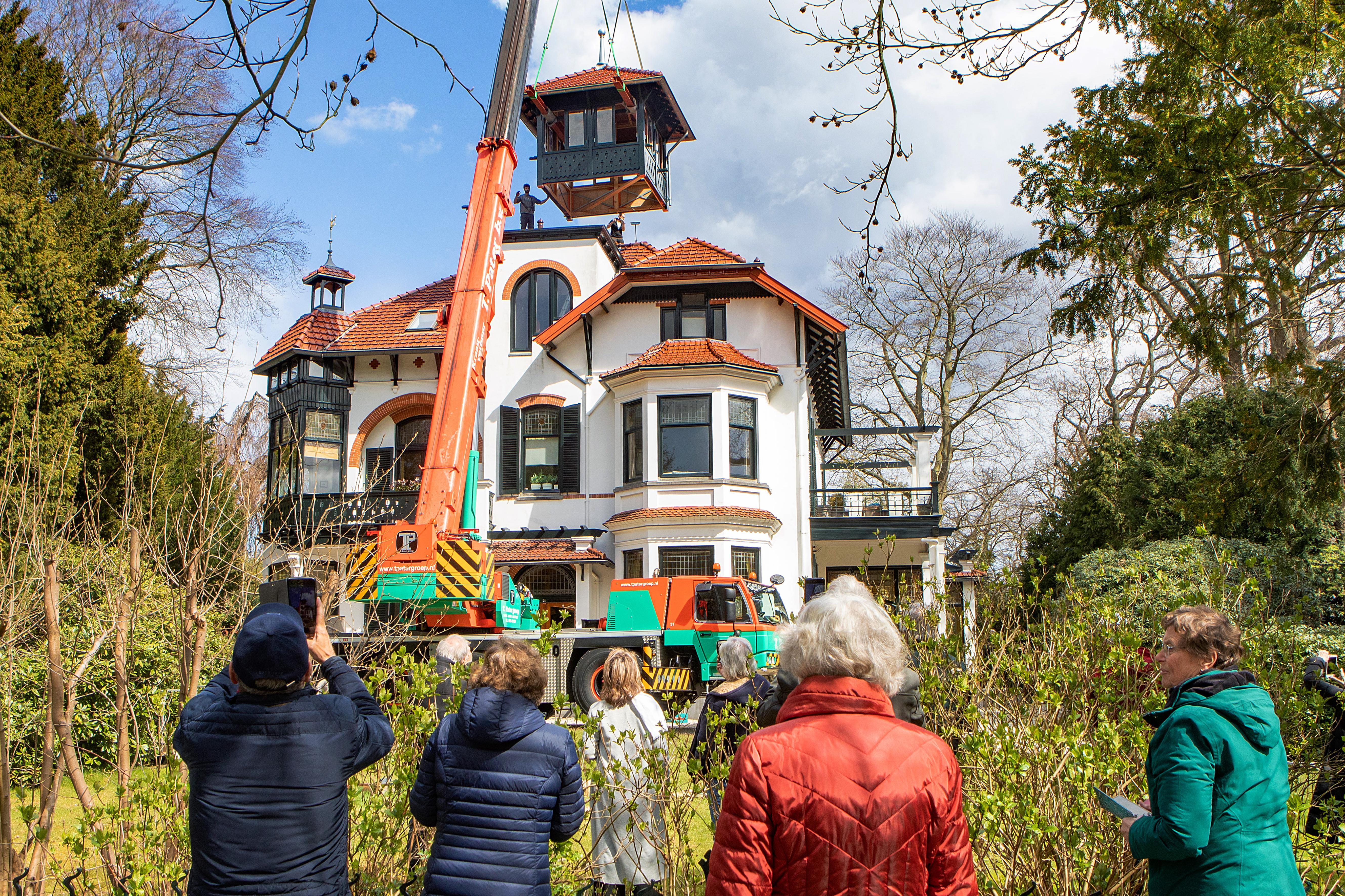 Tindalvilla in Bussum heeft haar hoofd terug; Crowdfunding moet nieuwe toren van 55.000 euro deels bekostigen