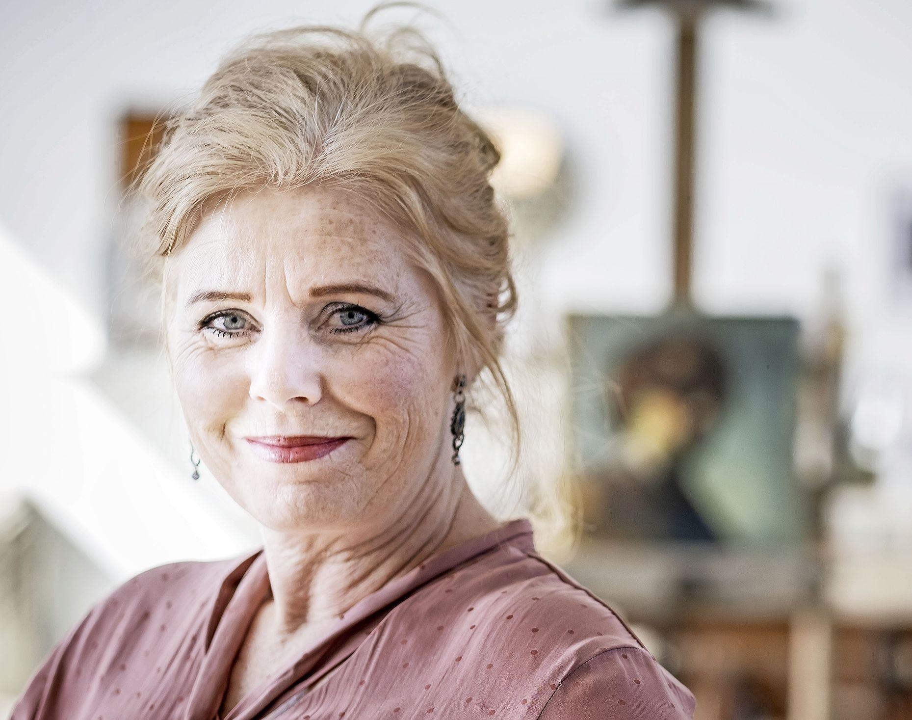 'Flinke uitdaging om Philip Freriks te portretteren.' Kunstenares Nanette Heijnen uit Schoorl in laatste aflevering 'Sterren op het Doek'