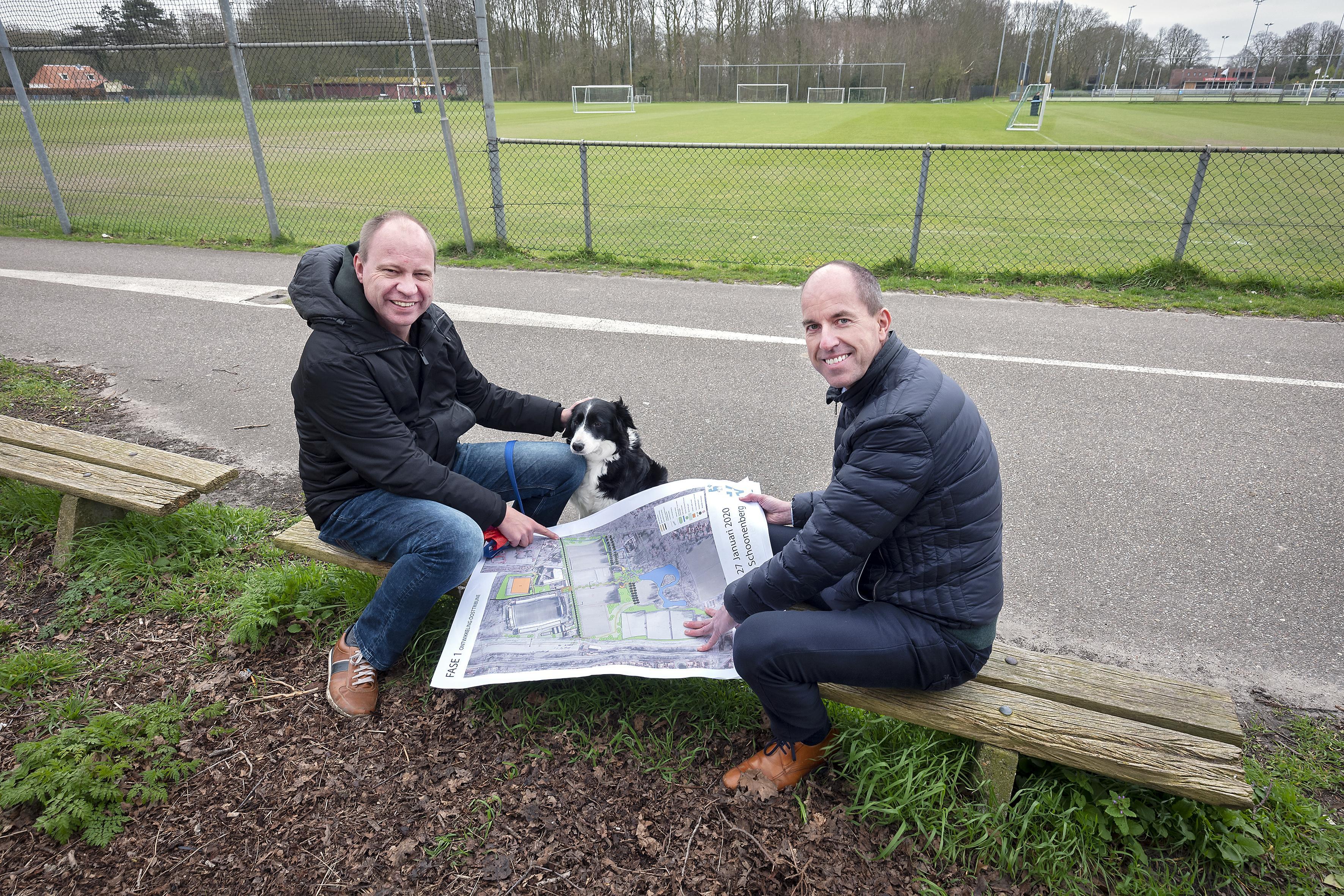 Met wethouder Bram Diepstraten wandelen over Schoonenberg: het sportpark in Velsen-Zuid mag multifunctioneler, groener en toegankelijker