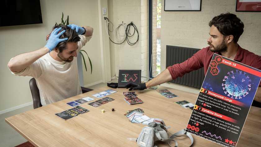 Virusgevecht als kaartspel, bedacht door Leidse studenten: 'Met goede dosis zwarte humor kun je hier enorm om lachen'