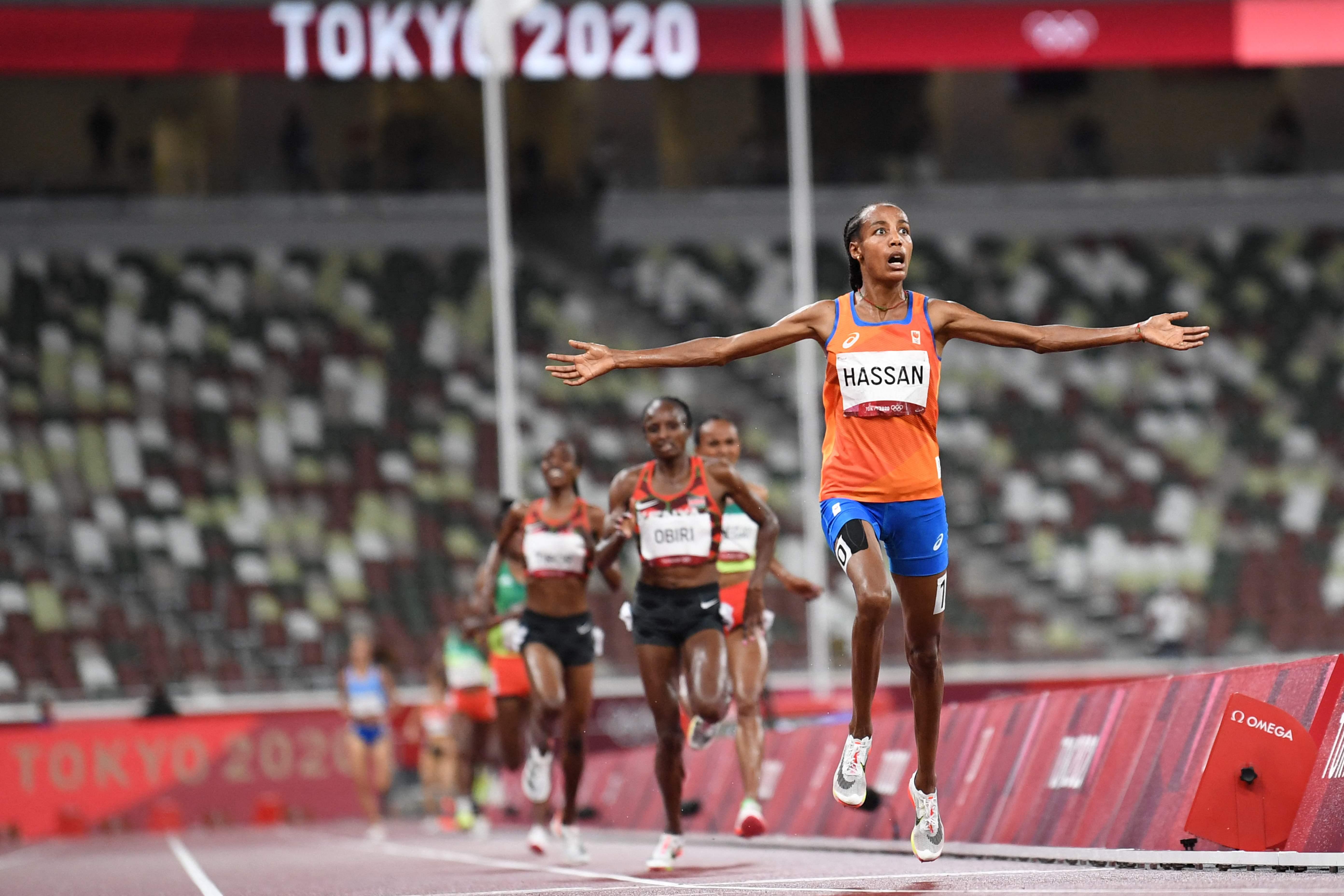 Druk is eraf bij Sifan Hassan na haar zege op de 5000 meter. Alles wijst erop dat ze het niet bij een gouden medaille zal laten