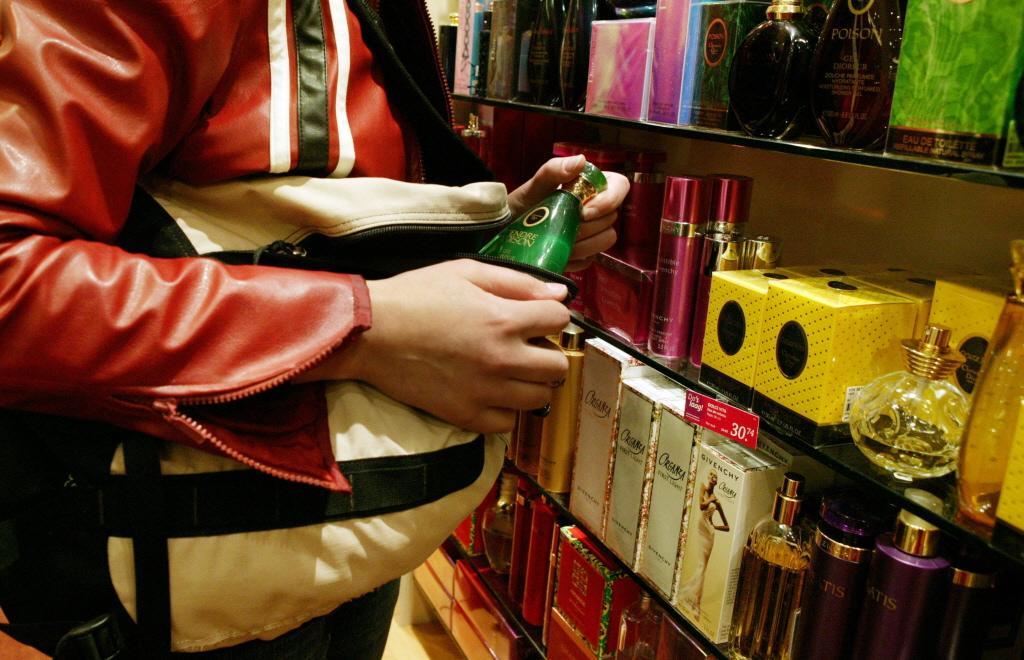 Winkeldief probeert tas uit in Zaanse winkels en steelt voor 600 euro aan bikini's en parfum