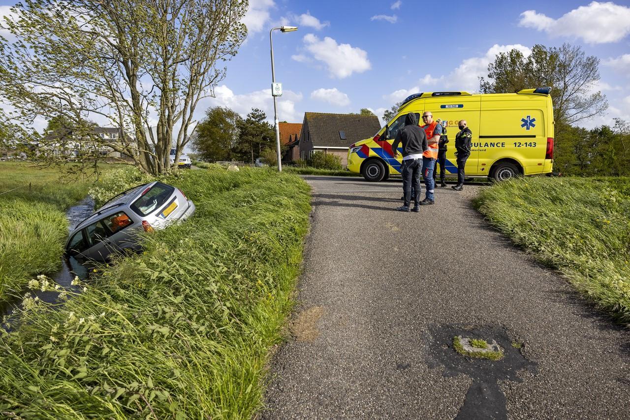 Automobilist rijdt te water in Spaarndam