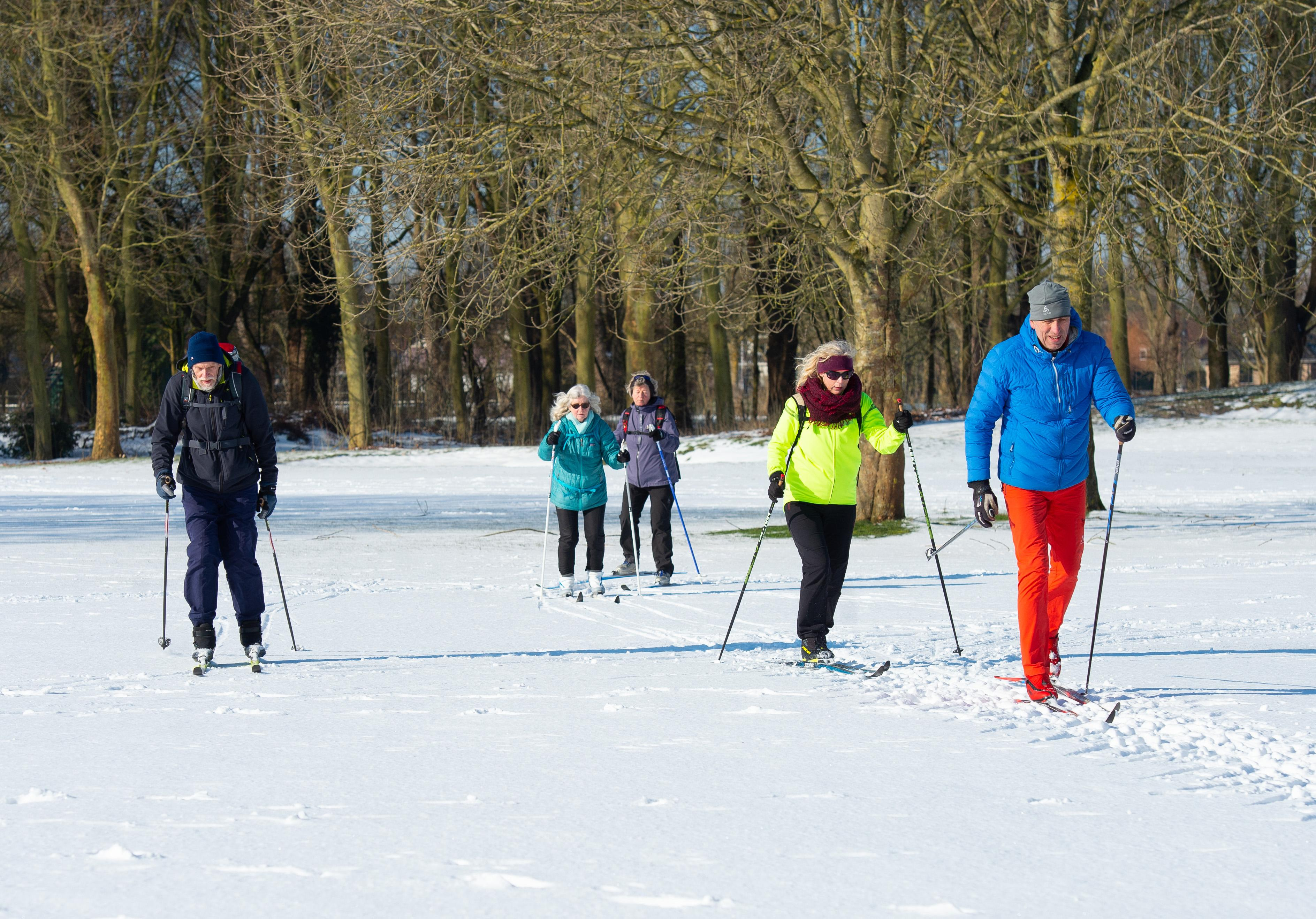 Langlaufers genieten op de golfbaan in Purmerend. Joke (74) en Corina (69) zijn enthousiast: 'Lekker buiten, lekker glijden'