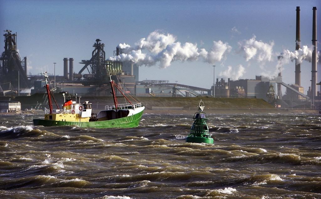 Een wedstrijdje toezicht houden op staalfabriek Tata uitgevochten bij de bestuursrechter: harder optreden tegen stikstofuitstoot?
