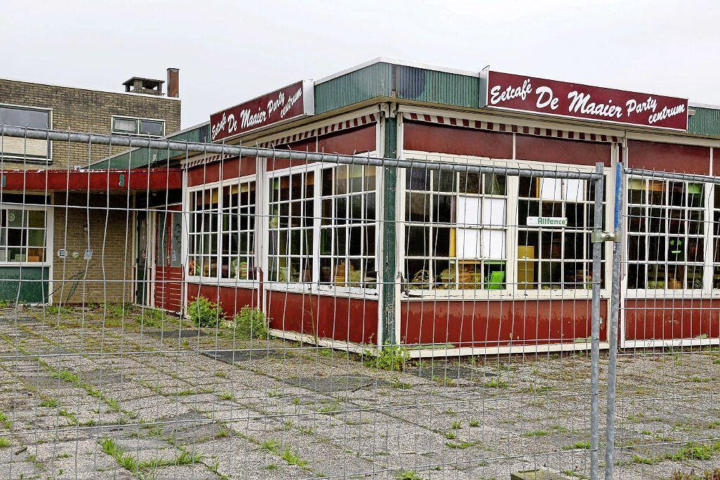 De schandvlek van Wieringerwerf: Na vier jaar praten over bouwplan op de plek van café De Maaier is het gebouw steeds meer aan het verpauperen