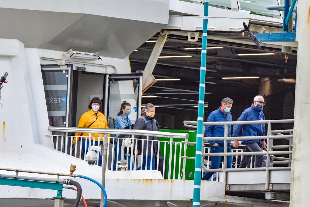 Boten vol toeristen komen naar Texel, maar toch is er al twee maanden geen corona. Hoe doen ze dat op het eiland?