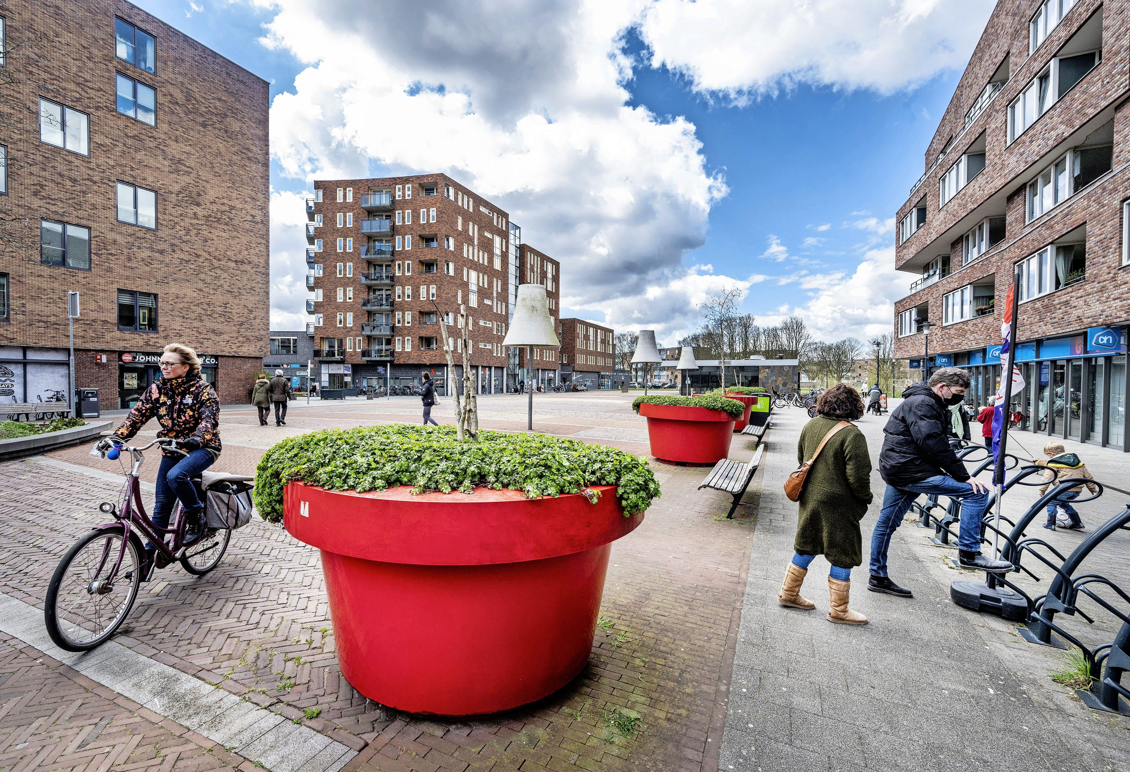Schreeuwen, stelen en met stenen gooien. Omwonenden Marsmanplein lijden onder jongerenoverlast: 'Ik overweeg te verhuizen'