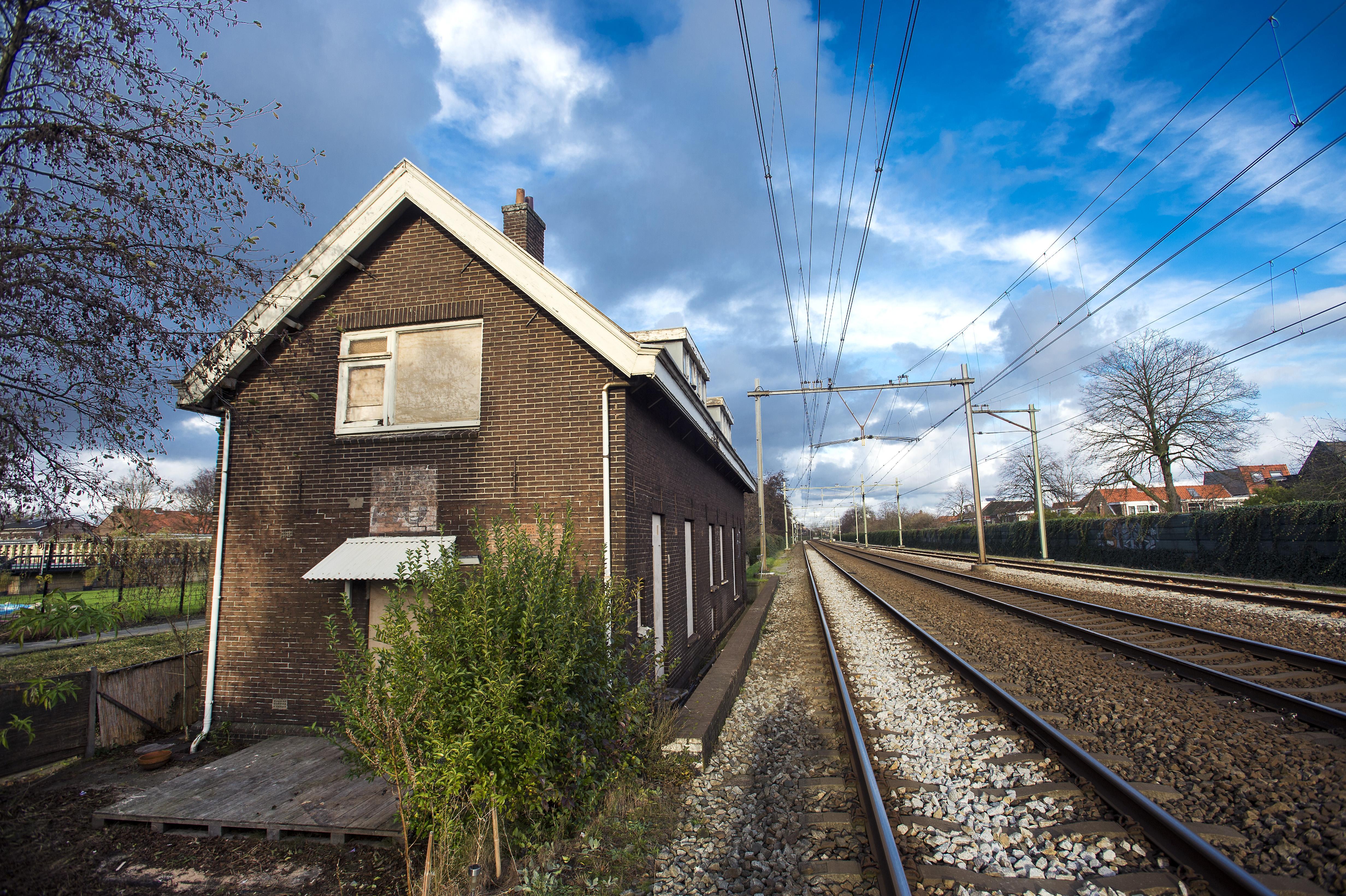 Blijdschap bij buurtcomité: oude spoorwachterswoningen Leidsebuurt gered van sloopdrift ProRail. Fraai stukje vroege spoorweggeschiedenis blijft overeind