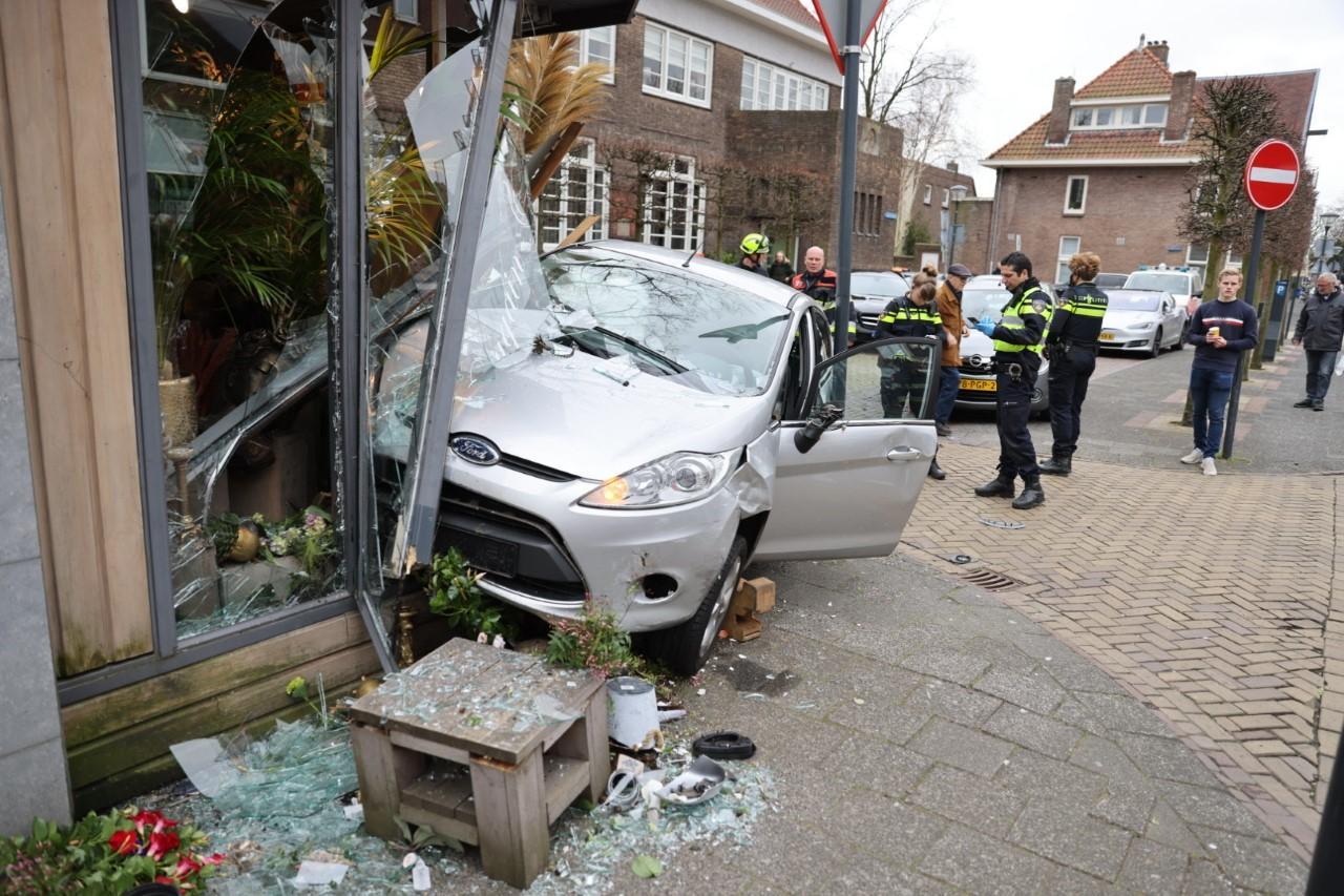 Auto rijdt bloemenzaak binnen in Heemstede