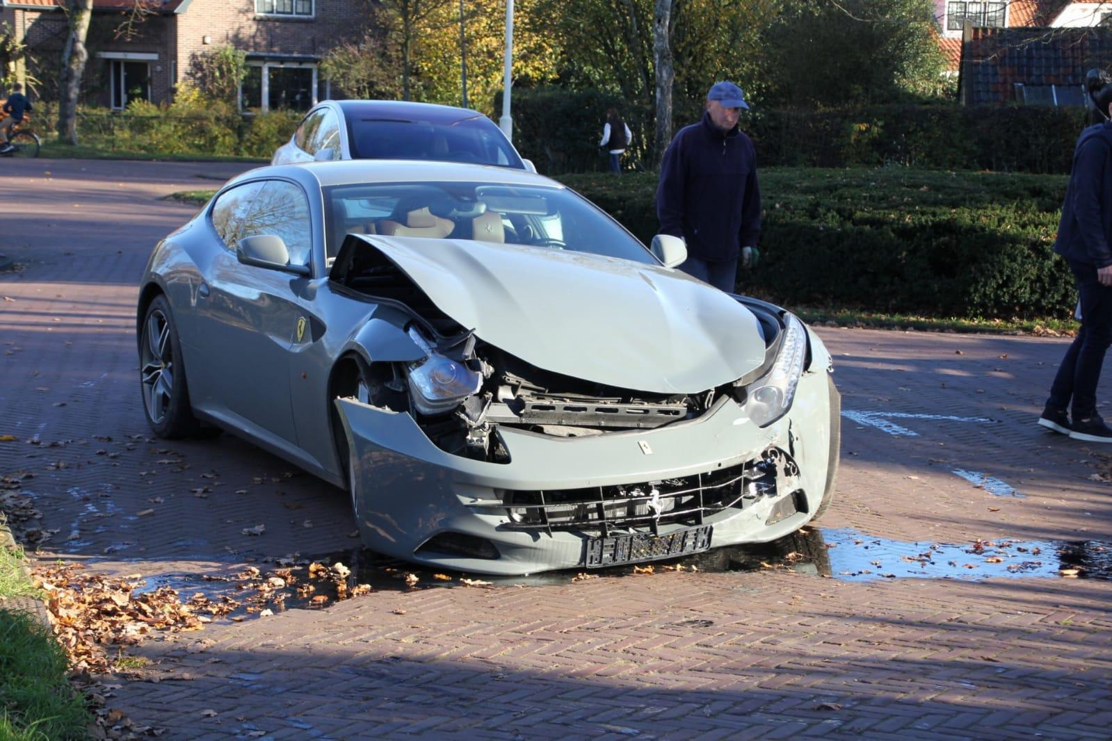 Ferrari total loss bij botsing op Zevenenderdrift in Laren