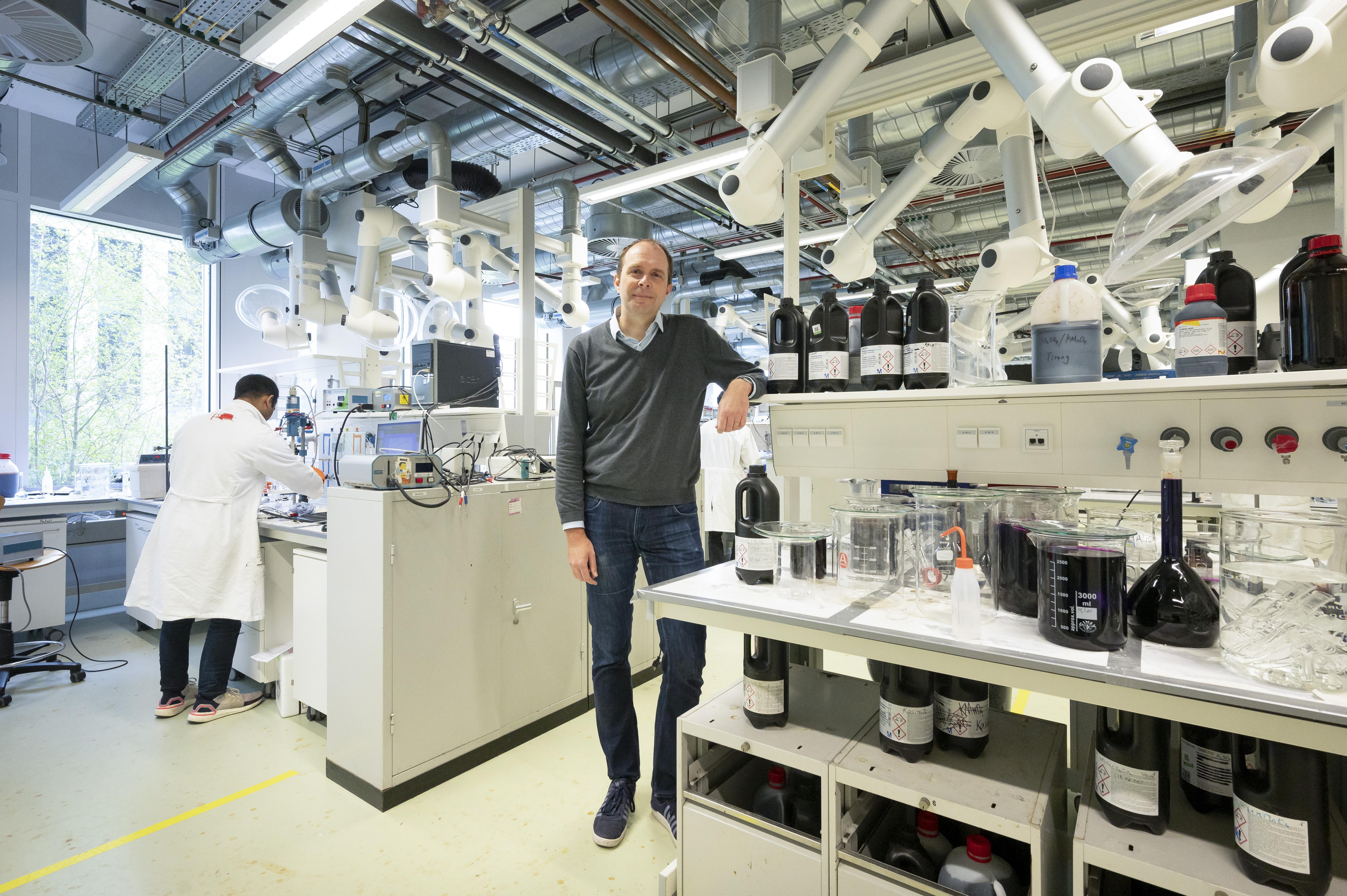 Op naar 'nieuwe chemie' zoals duurzame plastics. Onderzoeksbeurs voor scheikundige Marc Koper