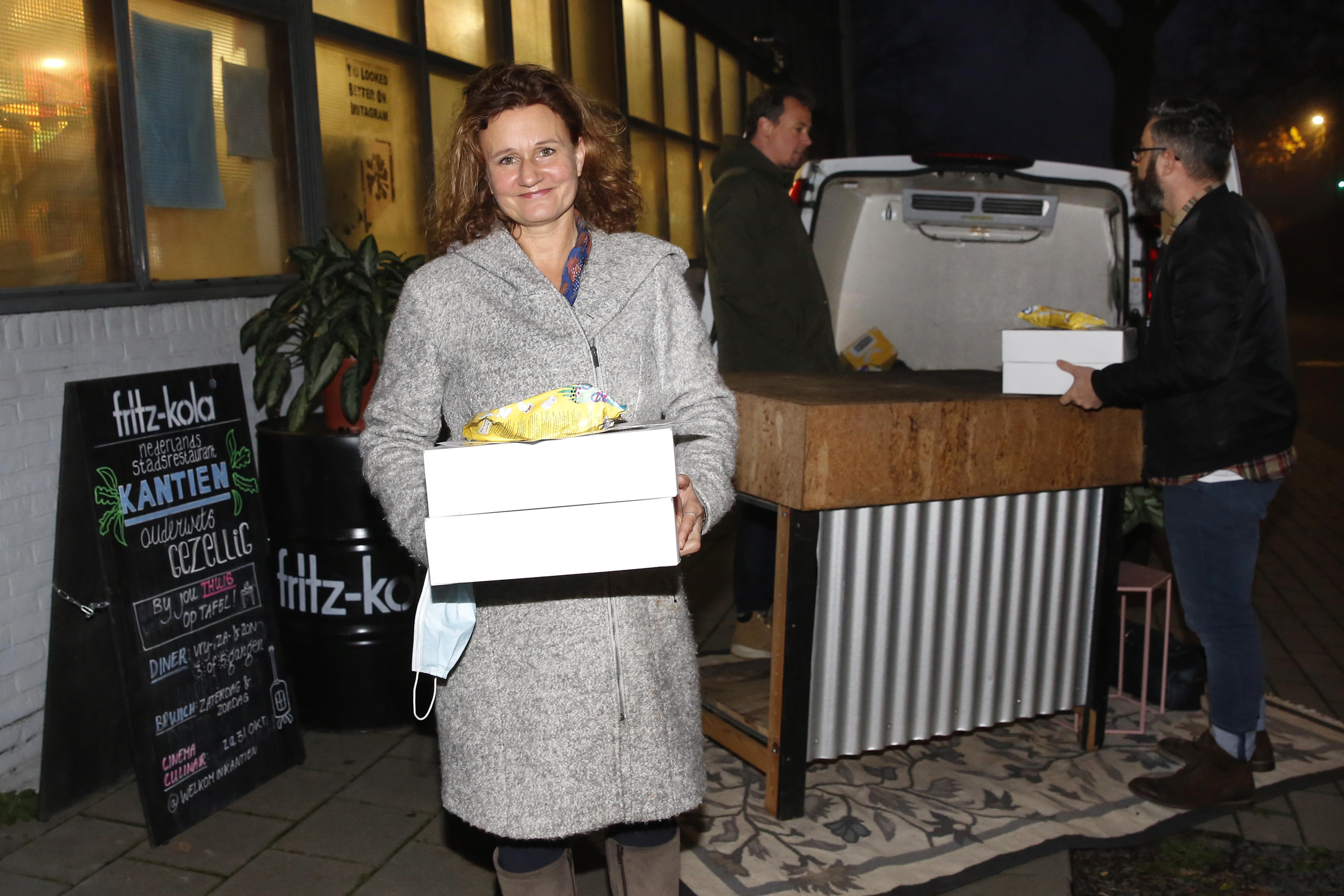 Iedereen wil smikkelen met de sterren. Eerste editie take-away van Cinema Culinair in Hilversum is doorslaand succes