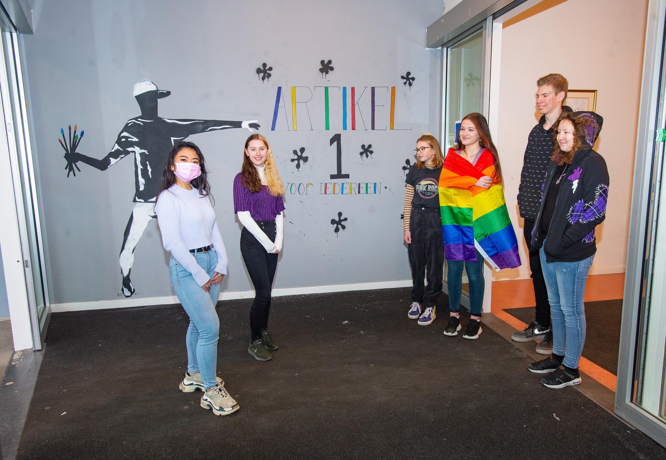 Muurschildering bij Edamse school De Triade ter ere van Paarse Vrijdag: 'Iedereen is hier welkom en dat dragen we uit'