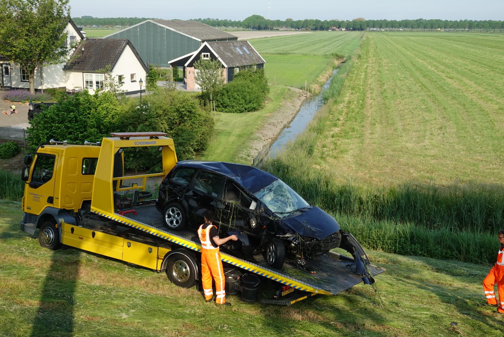 Auto meerdere keren over de kop geslagen en rolt van de berm bij Purmerend; bestuurder gewond, voertuig total loss