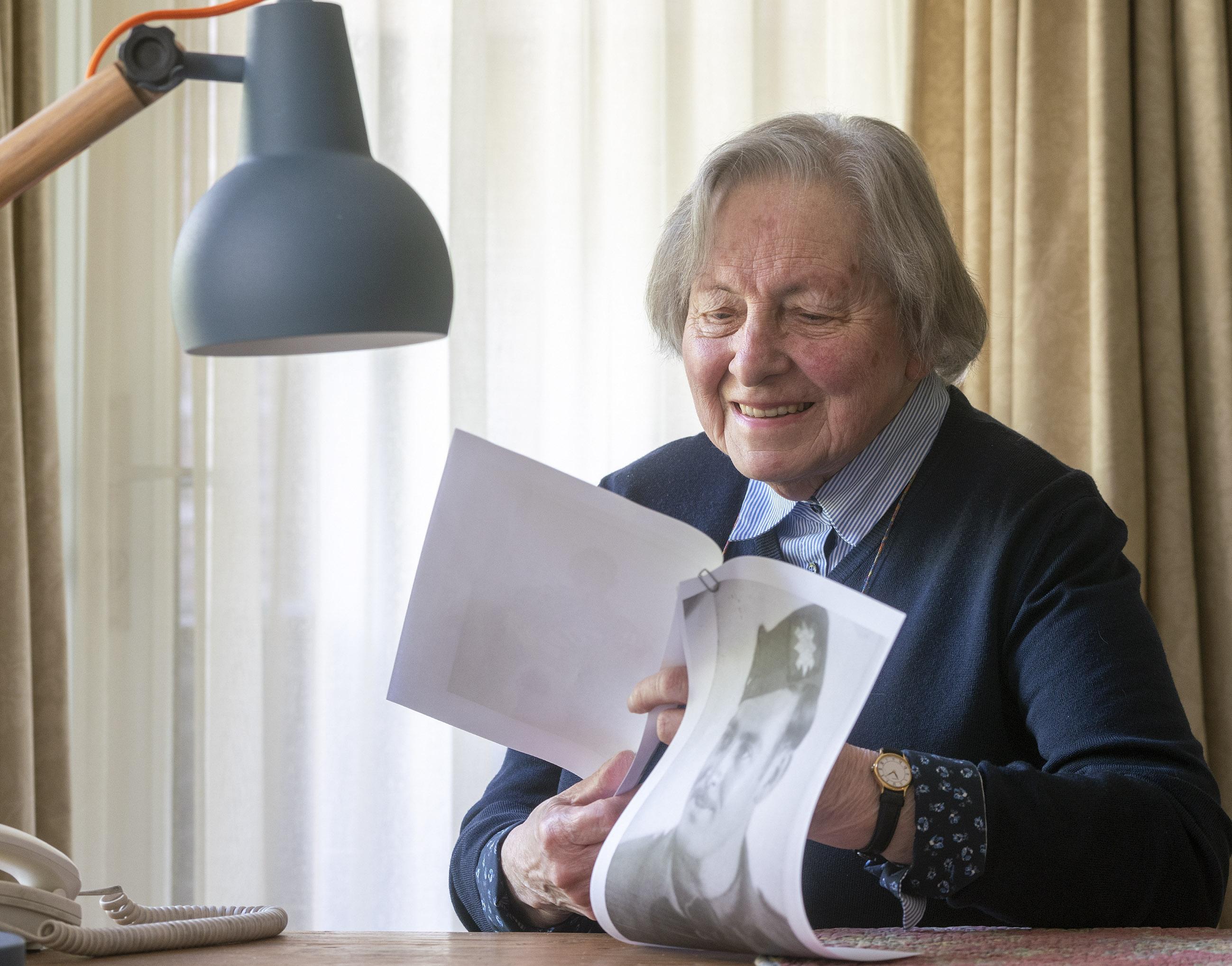Ogen Alkmaarse Nelly Kroon (91) twinkelen bij zien oude foto van militaire ex-geliefde na bevrijding: 'Ja, dat is hem: Ray, mijn Canadees. Ik denk dat ik heel gelukkig met hem had kunnen worden'