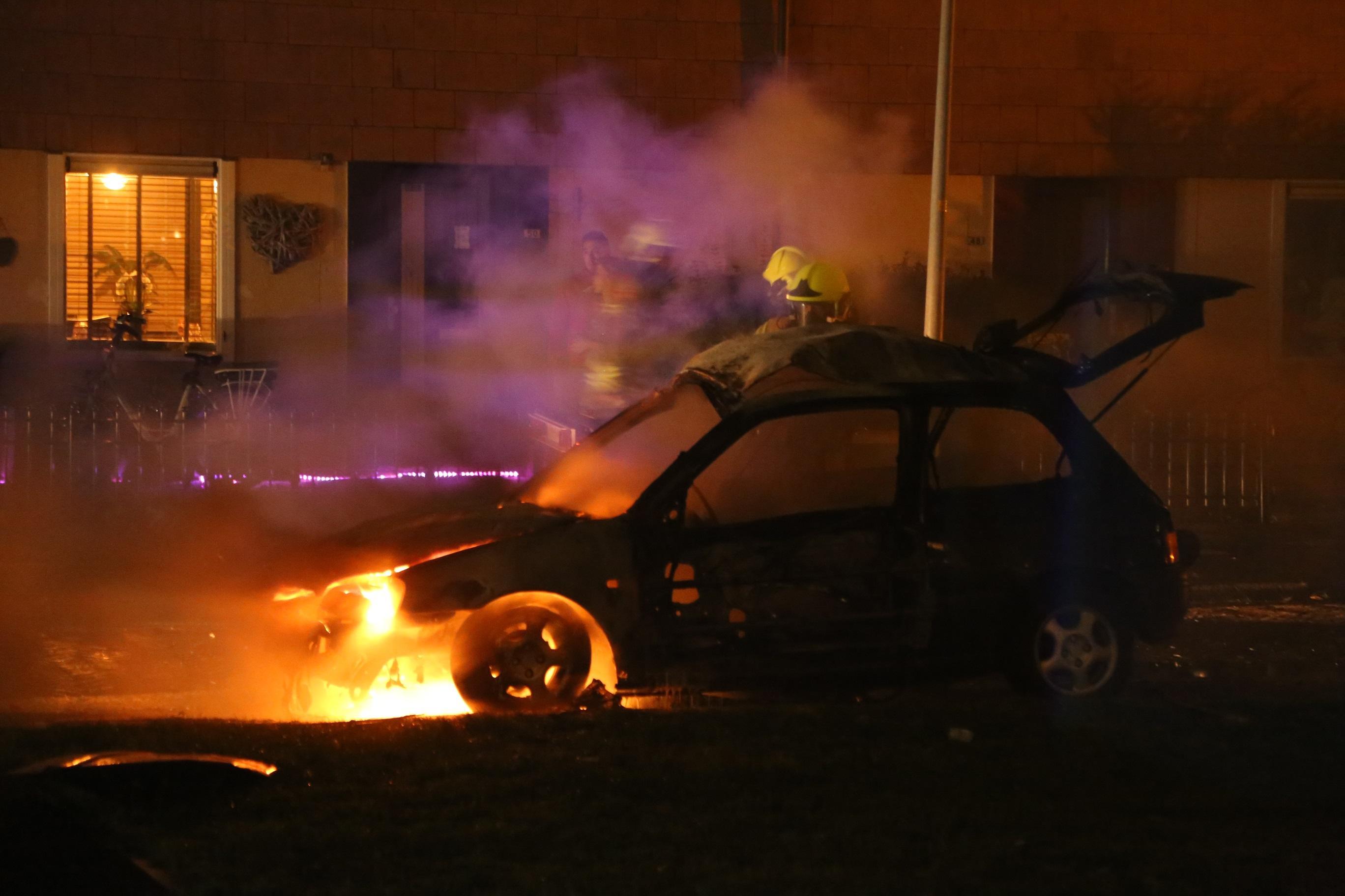 Auto brandt uit in Prunusstraat Den Helder [video]