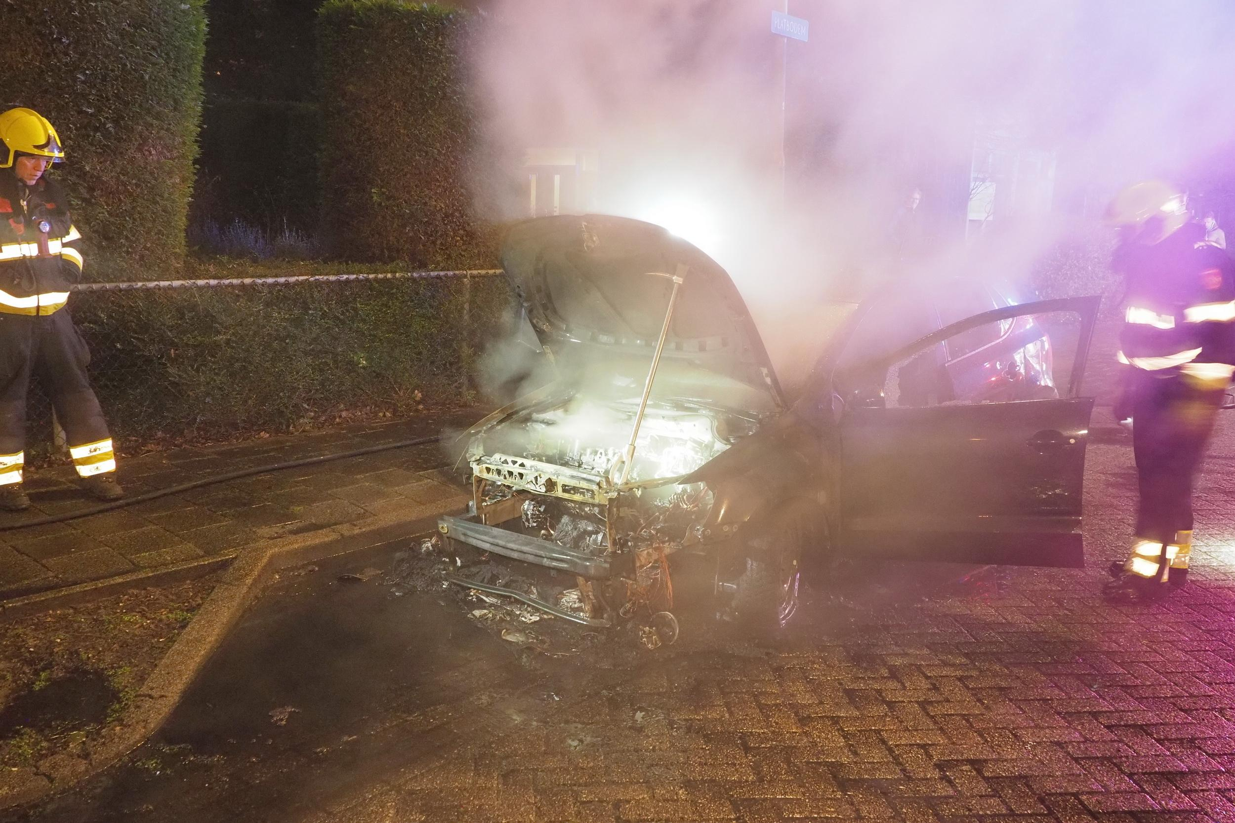 Auto total loss bij brand in Velserbroek