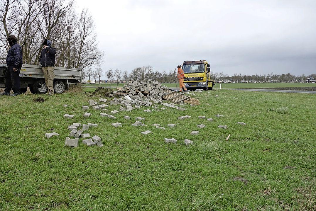 Met stenen gevulde aanhanger kantelt op toerit naar N244 in Middenbeemster