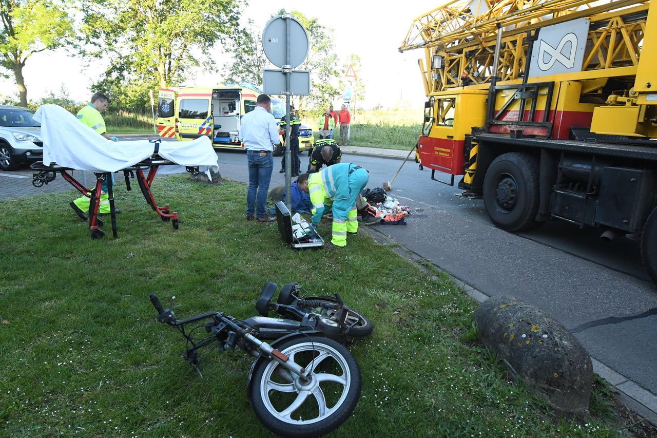 Bromfietser gewond bij botsing met kraanwagen in Zoeterwoude