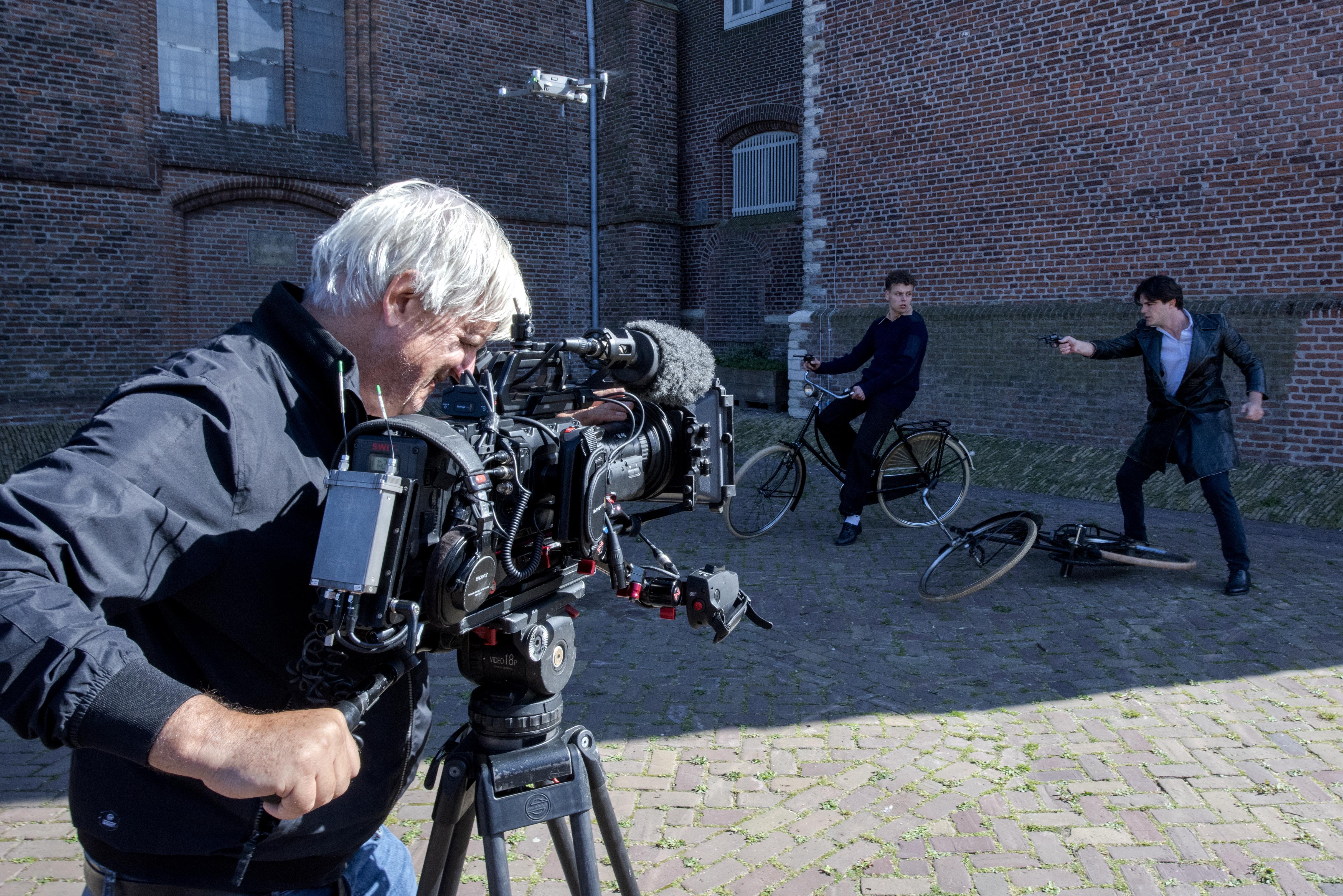 Roy Dames filmt executie NSB'er op locatie in Beverwijk: 'De kleding die we gebruiken, heb ik gehuurd en de figuranten zijn allen vrijwilligers'