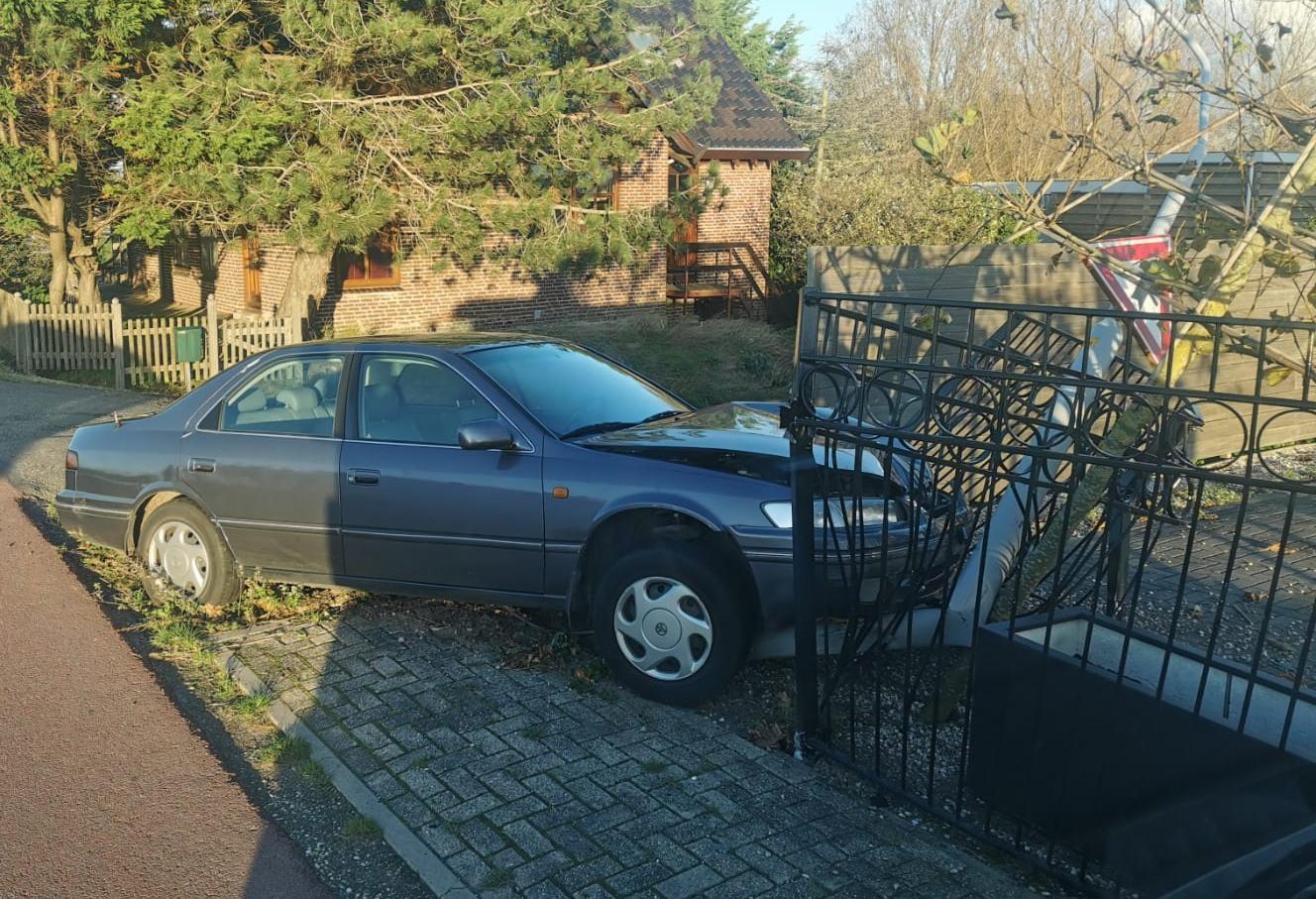 Auto raakt van de weg in Beinsdorp, rijdt lantaarnpaal en hek omver en komt tot stilstand in tuin